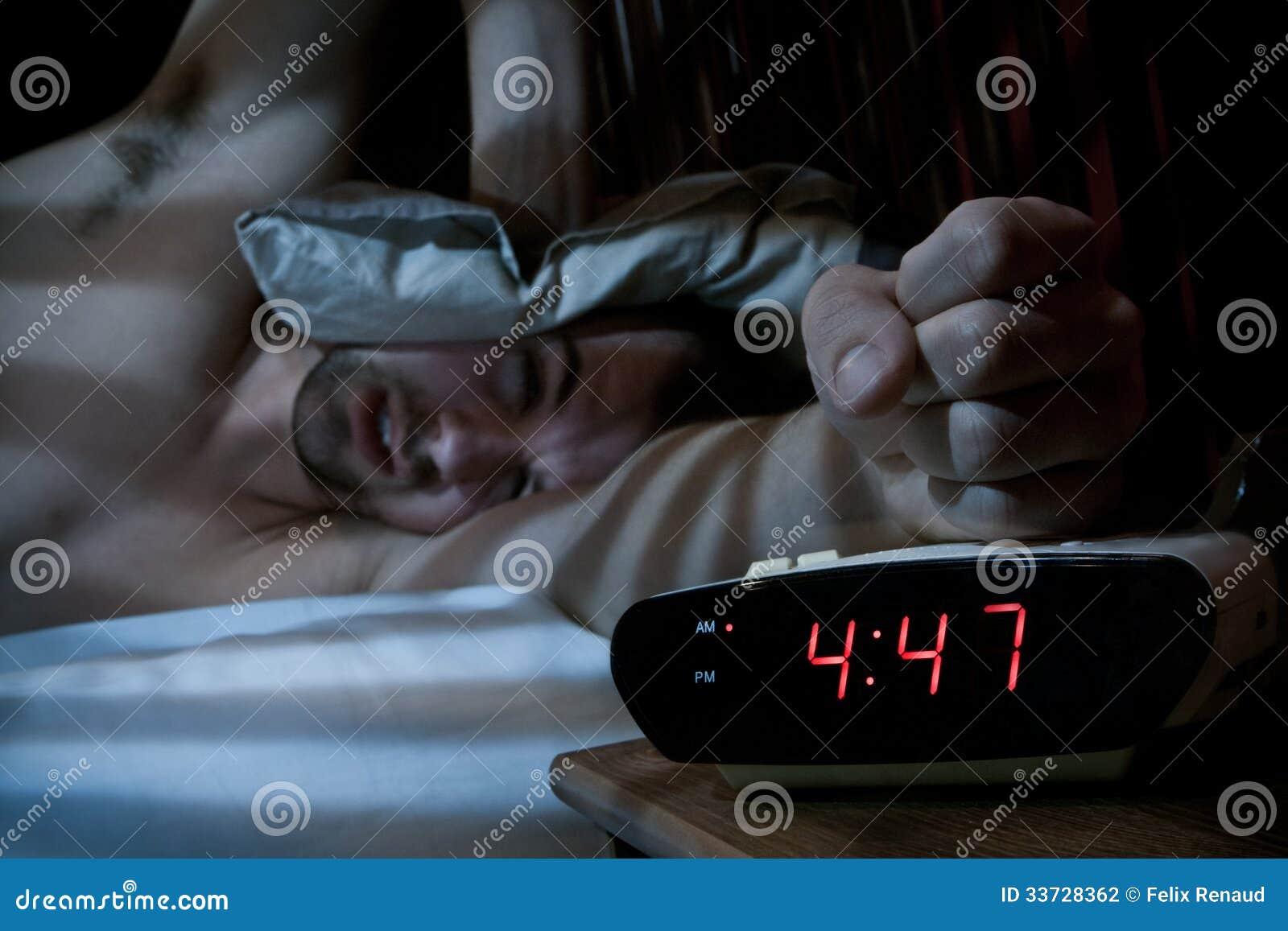 Несчастный человек ломая будильник.