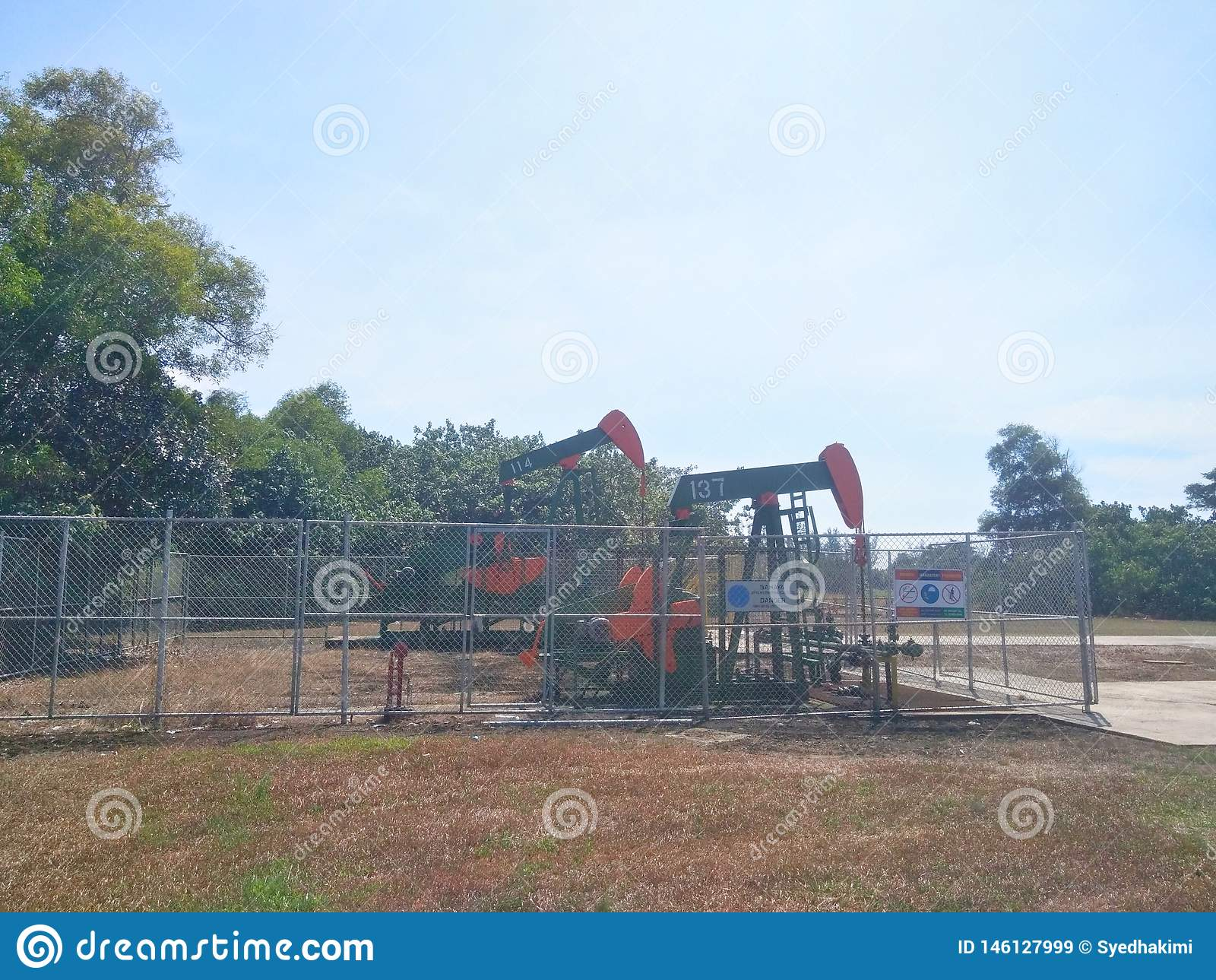 Нефть нефтедобывающих промышленностей Бруней на насосе земли берега