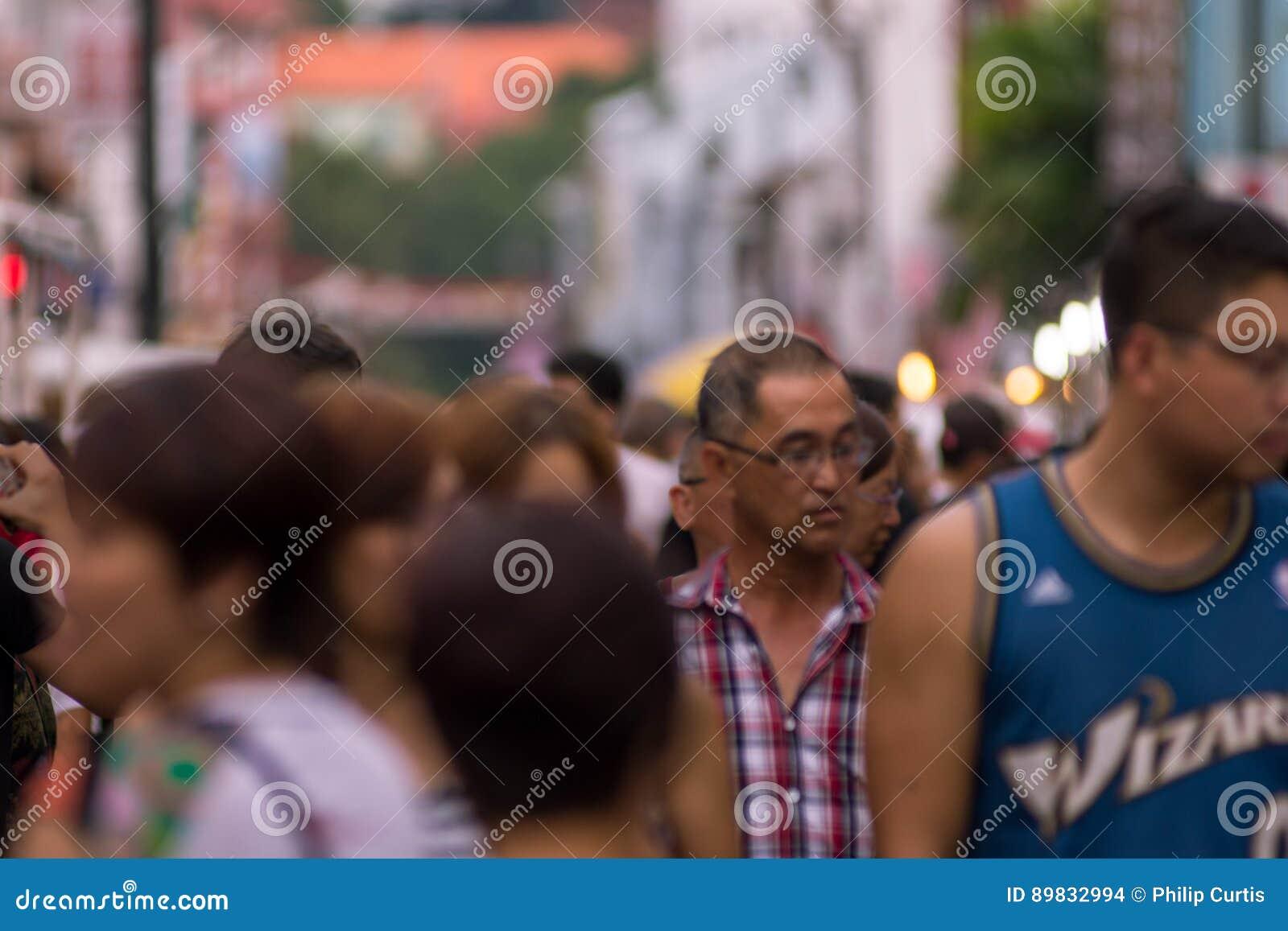 Неясное изображение толпы людей на уличном рынке Малакка,