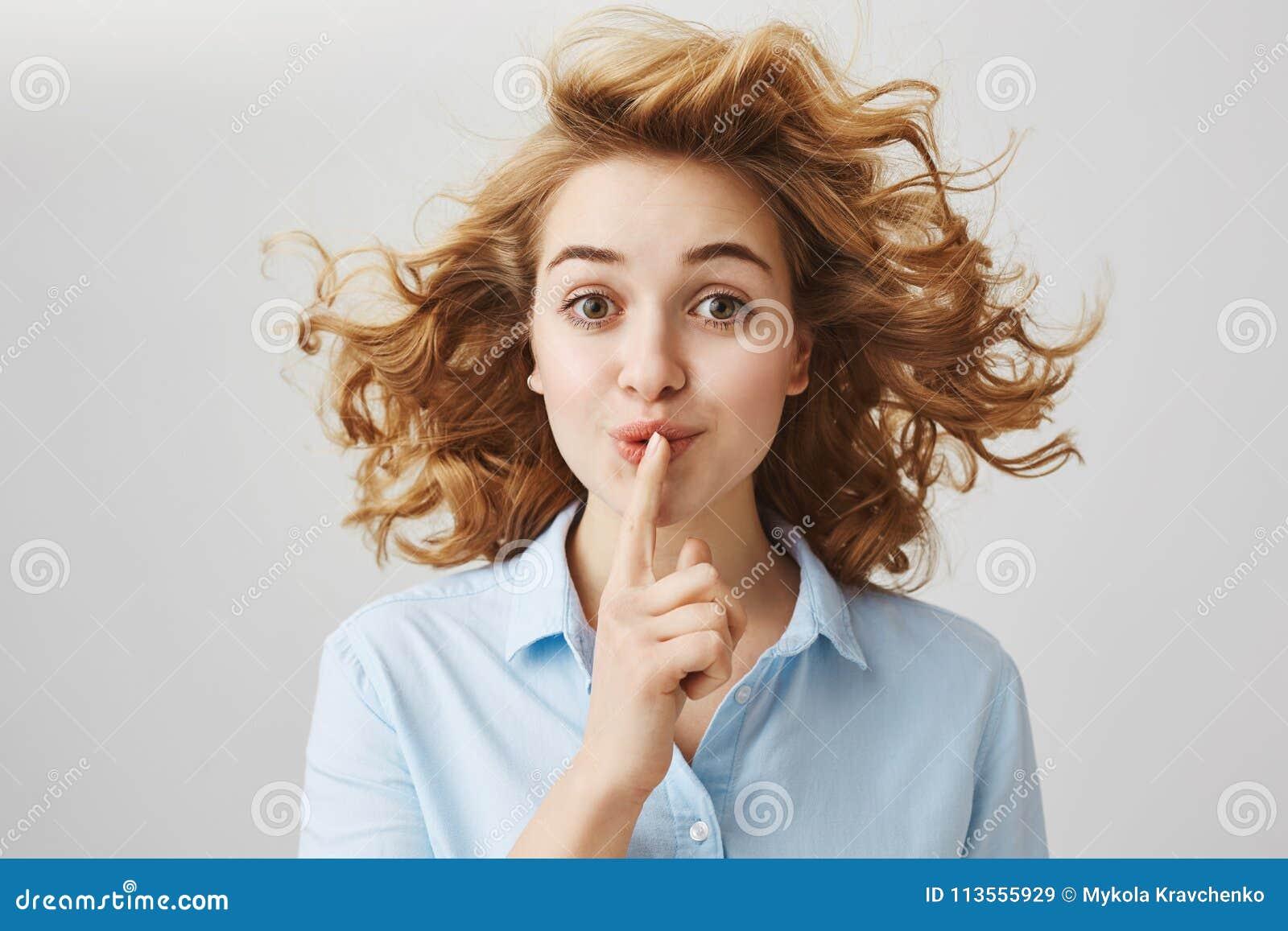 Не скажите любое о нашем маленьком секрете Женщина портрета привлекательная жизнерадостная с короткий курчавый говорить стрижки s