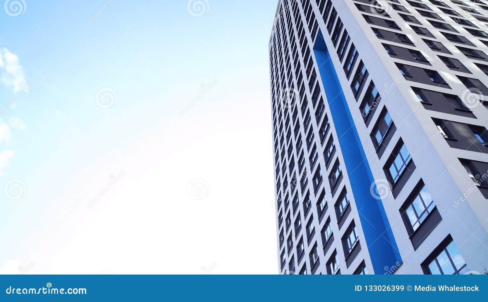 Нижний взгляд новых жилых многоэтажных зданий с голубым небом городская среда Рамка Самые новые жилые комплексы