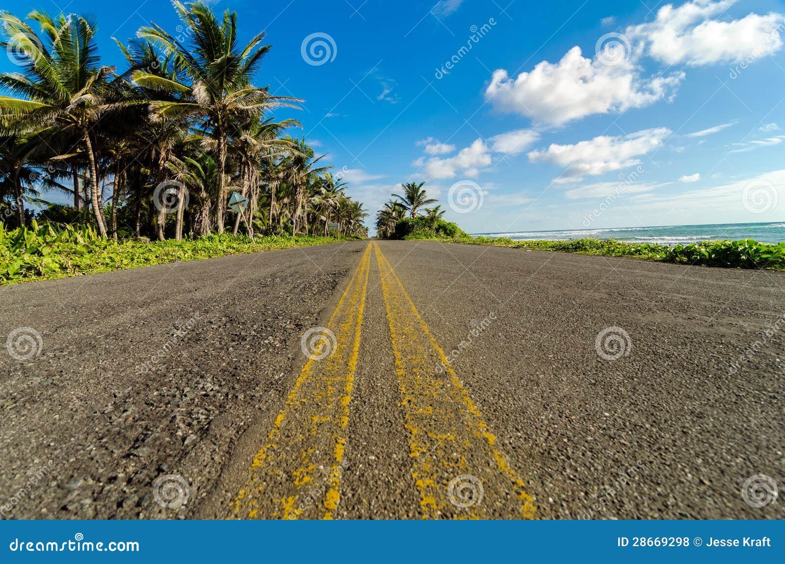 Низкий взгляд прибрежной дороги