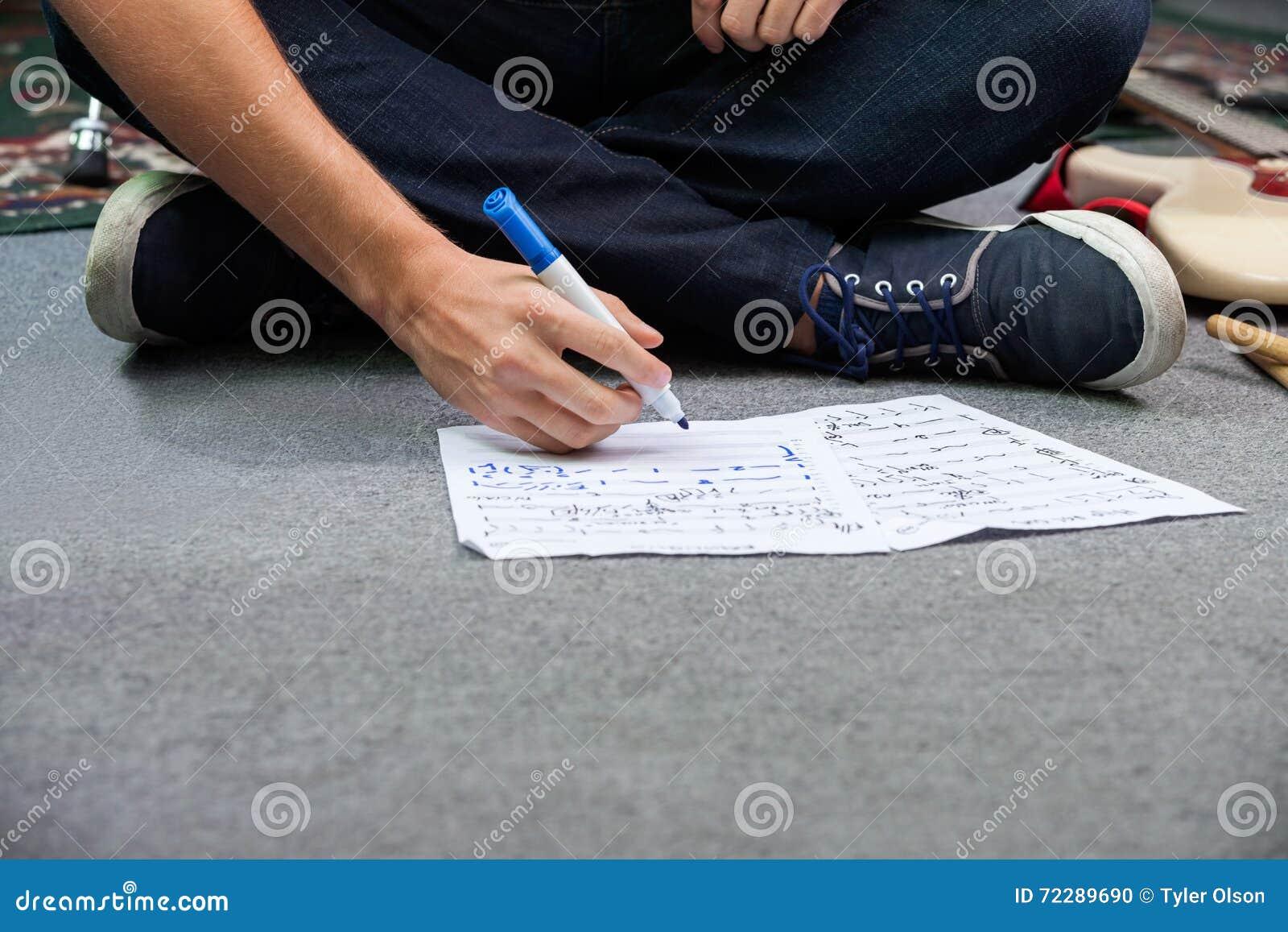 Download Низкий раздел примечаний сочинительства барабанщика пока сидящ на поле Стоковое Фото - изображение насчитывающей вскользь, специалист: 72289690
