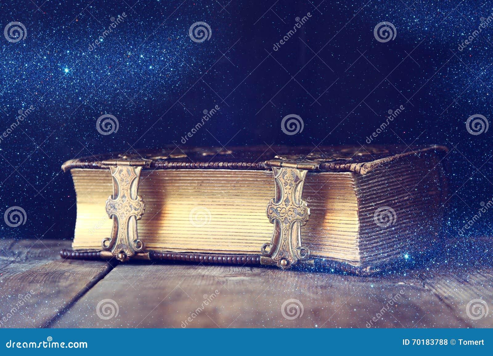 Низкое ключевое изображение античной книги рассказа Фильтрованный год сбора винограда