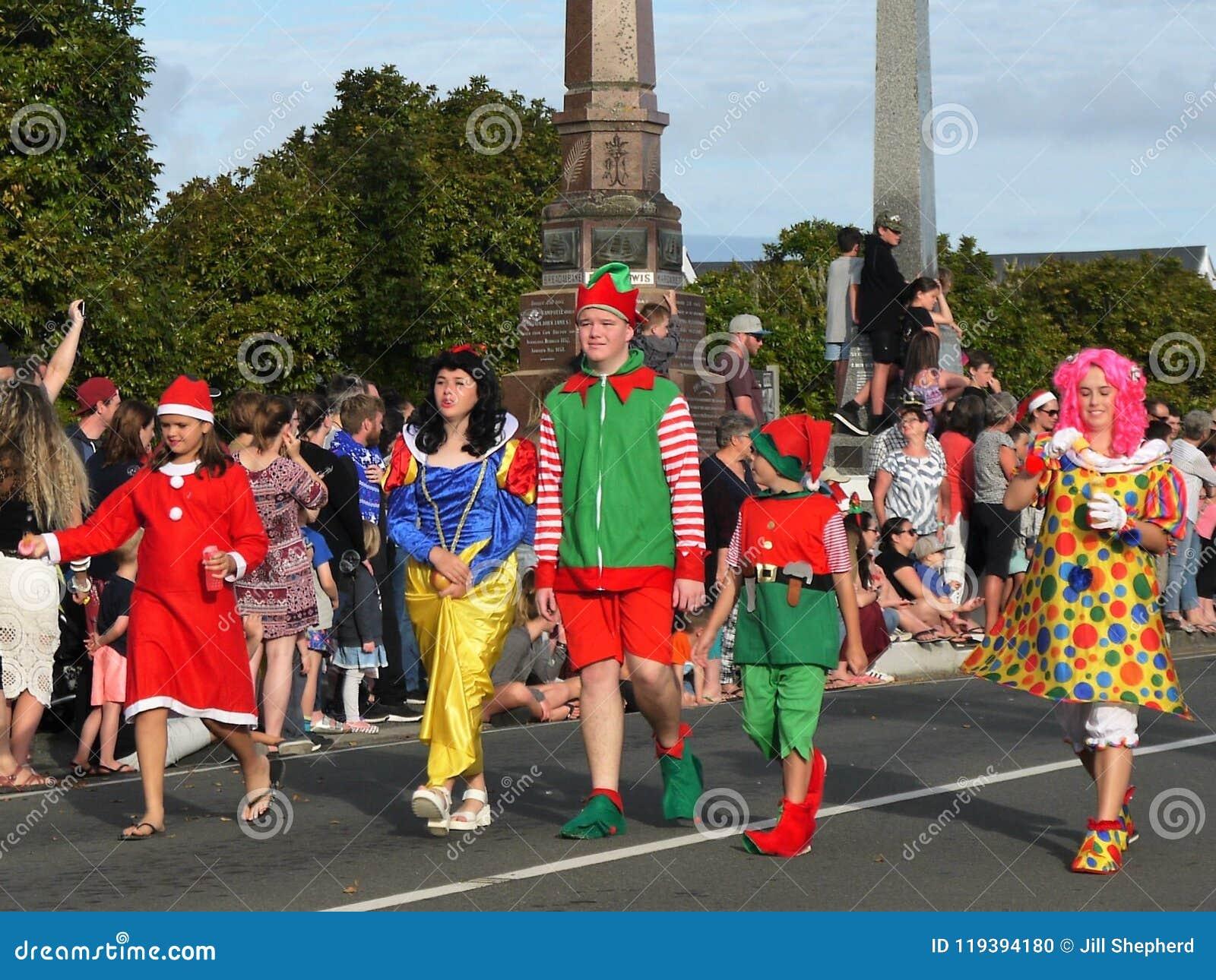 Новая Зеландия: дети парада рождества маленького города в костюме