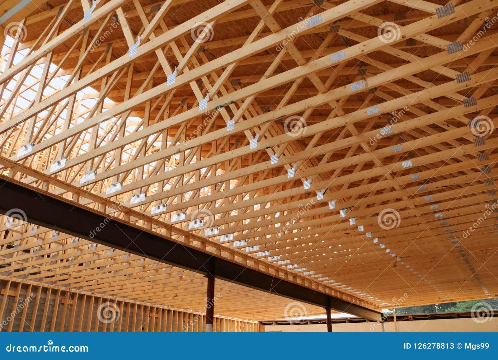 Новая коммерчески крыша здания под конструкцией