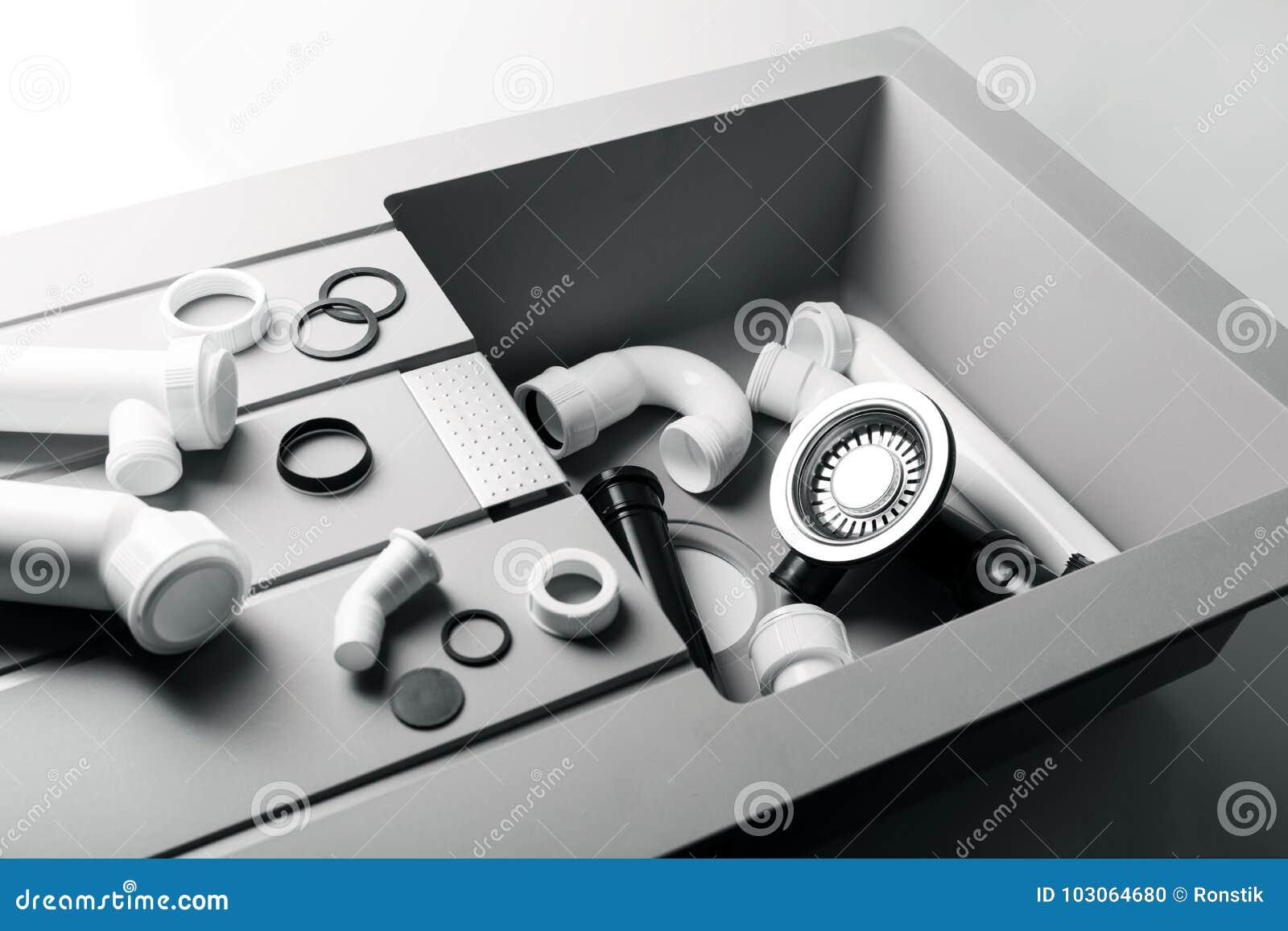 Новая кухонная раковина с штуцерами трубопровода