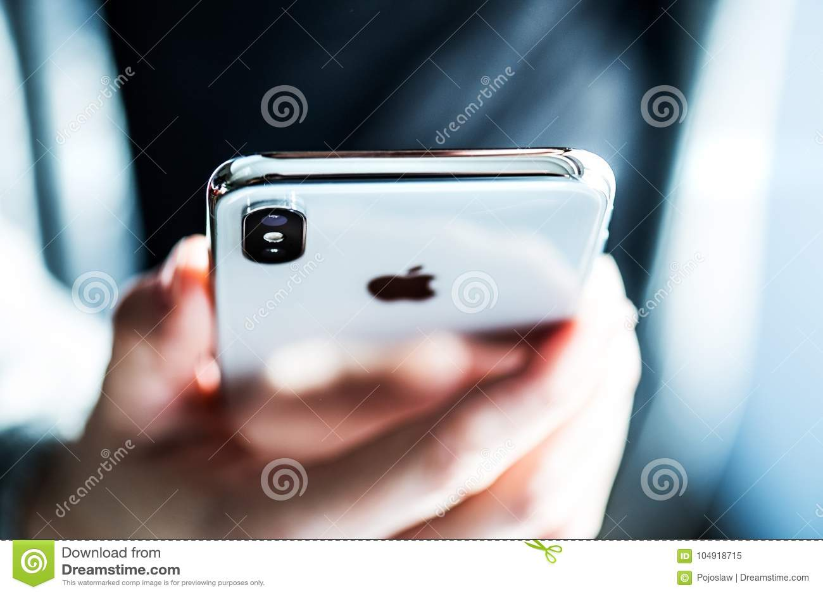НОВА BANA, СЛОВАКИЯ - 28-ОЕ НОЯБРЯ 2017: Новый smartphone iPhone x Яблока
