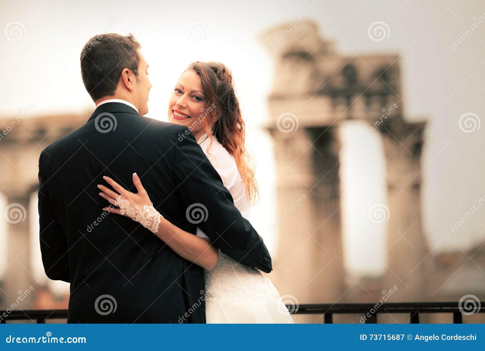 Новобрачные в древнем городе пожененное счастливое пар Италия rome