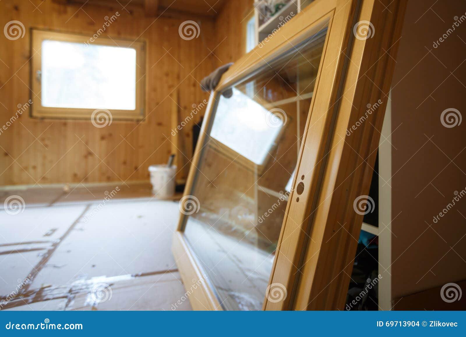 Новое эффективное деревянное окно подготовленное для установки