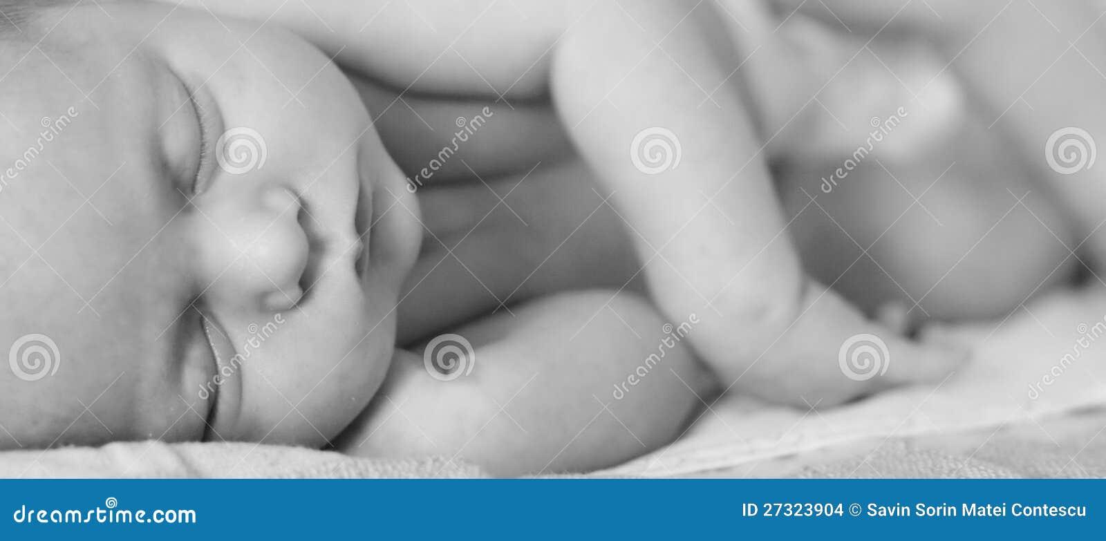 Ново - принесенный спать младенца