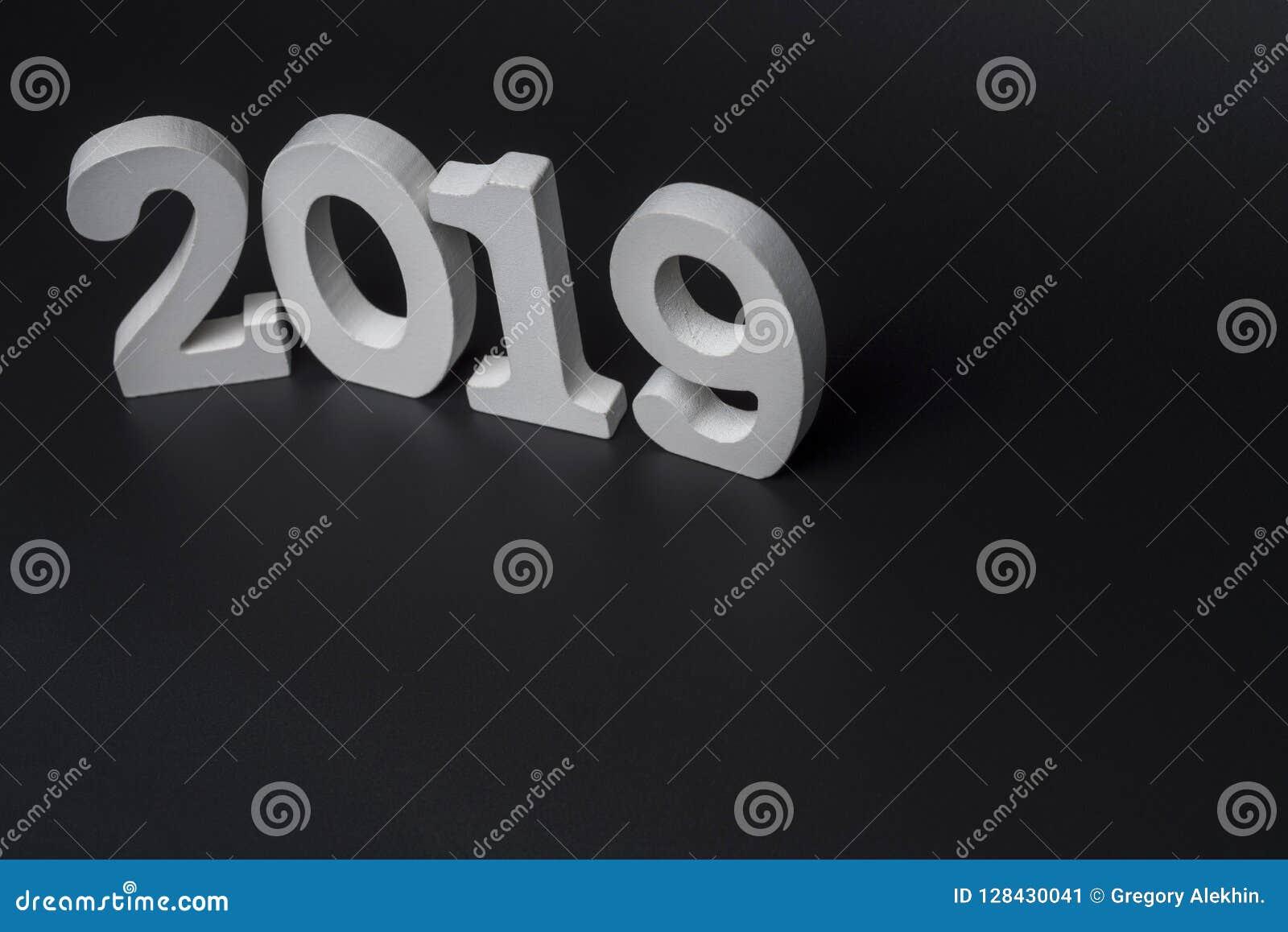 Новый Год две тысячи 19, белые номера на черной предпосылке
