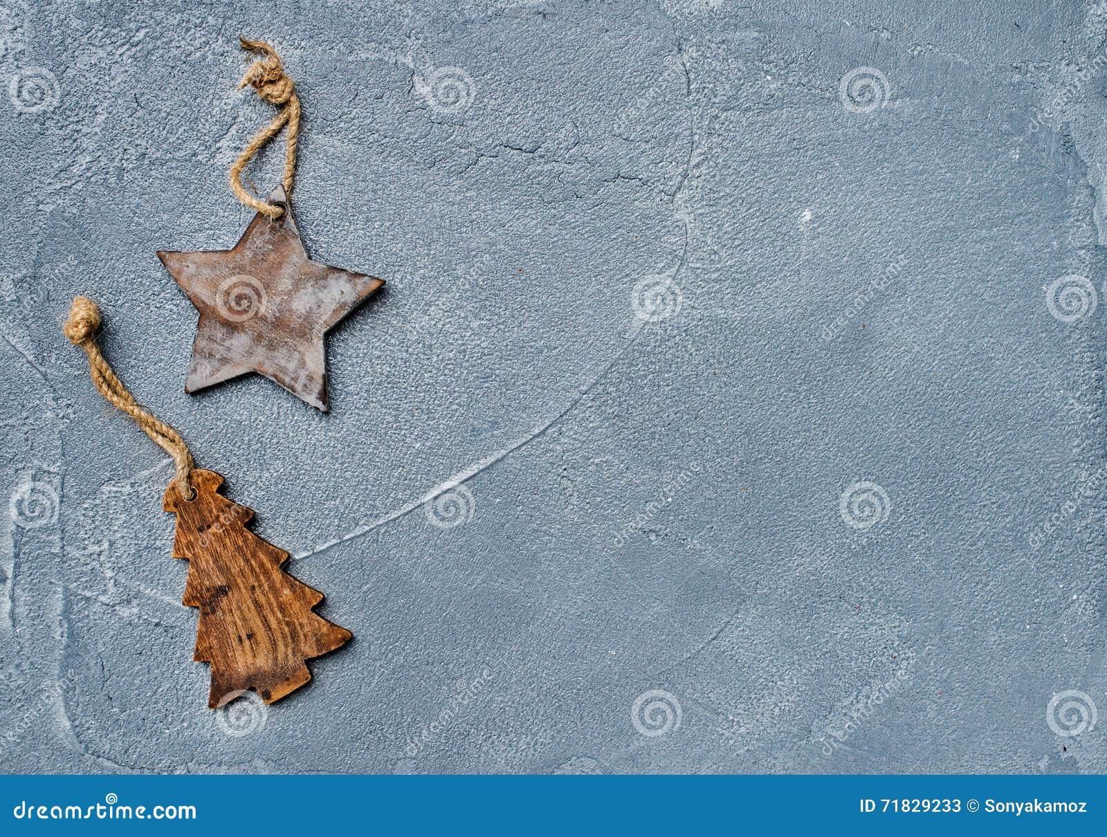 Новый Год рождества предпосылки Забавляйтесь деревенское деревянное дерево звезды и меха над поверхностью grunge серой, взгляд св
