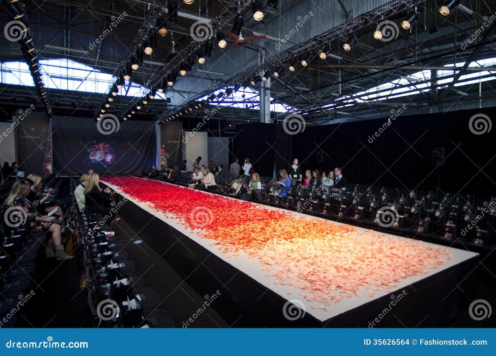 НОВЫЙ ЙОРК 16-ОЕ ОКТЯБРЯ: Пустое взлётно-посадочная дорожка для выставки Claire Pettibone bridal на падение 2013 во время недели м
