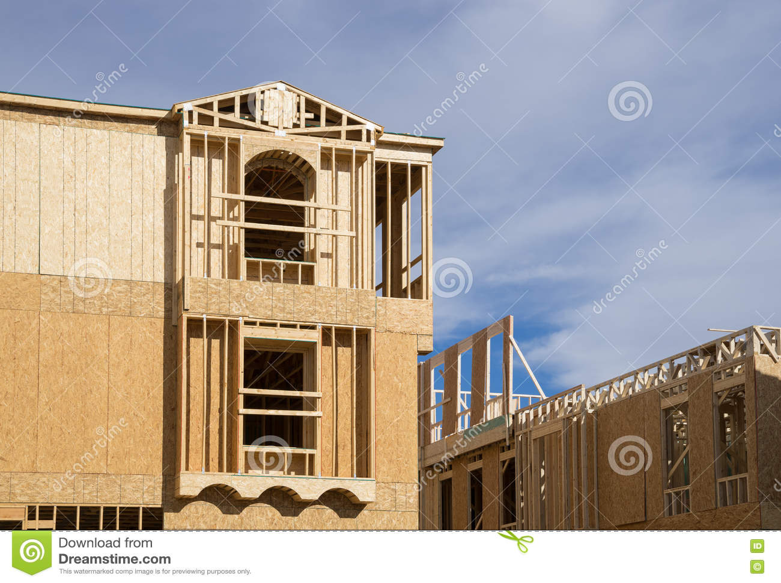 Новый дом под обрамлять конструкции деревянный