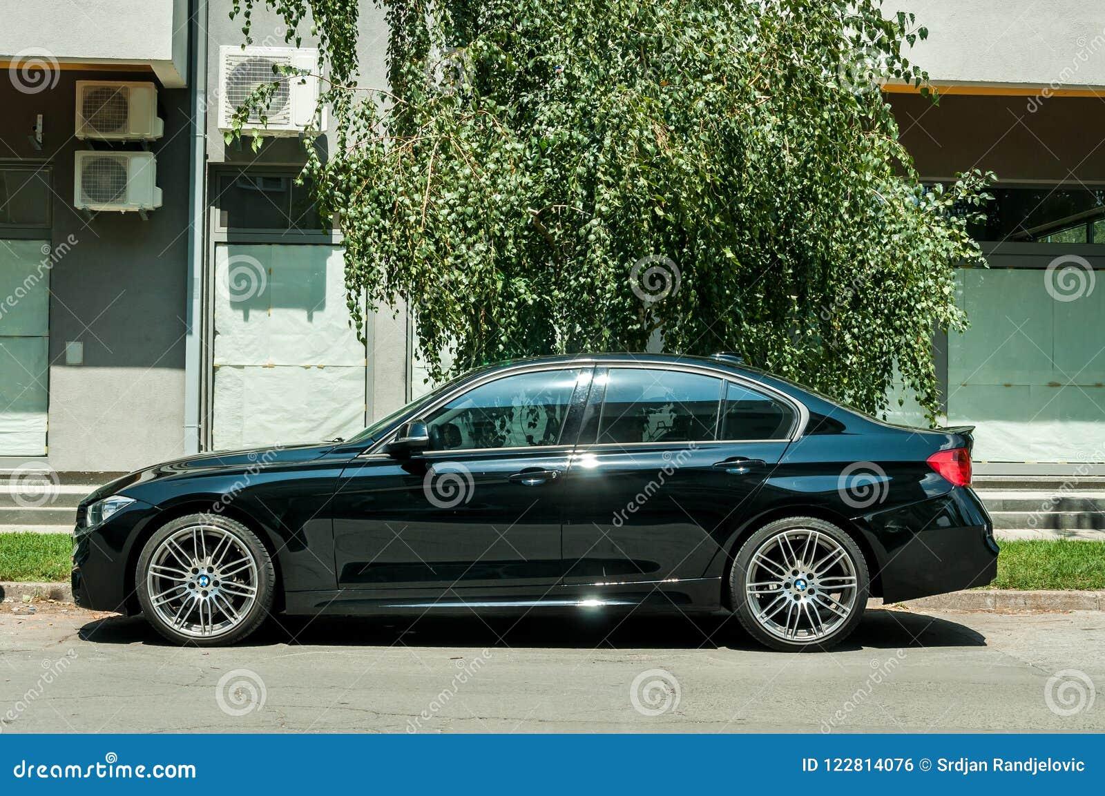 Новый черный BMW таможни 5 серий с колесами сплава припарковал на улице
