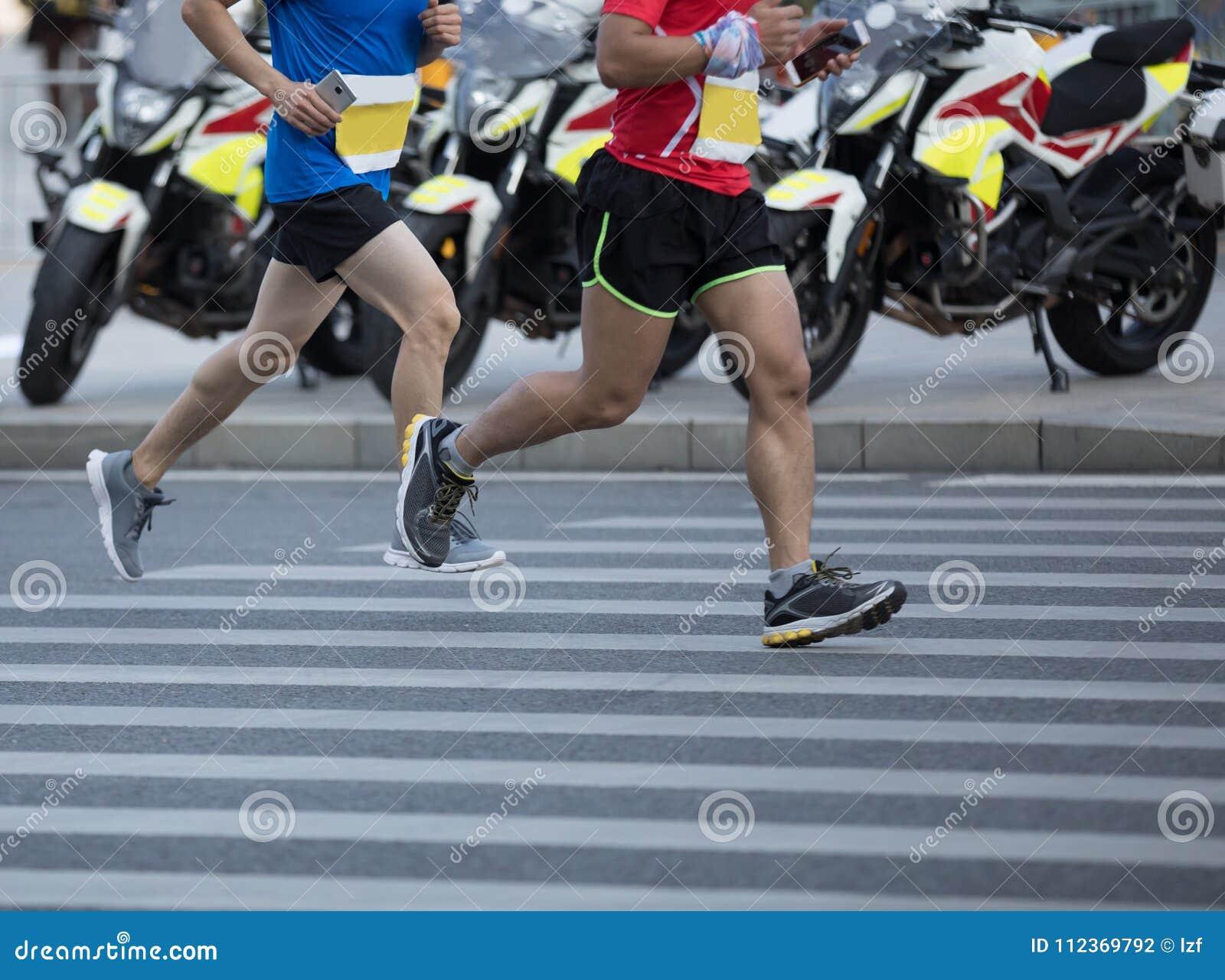ноги бегуна бежать на дороге города