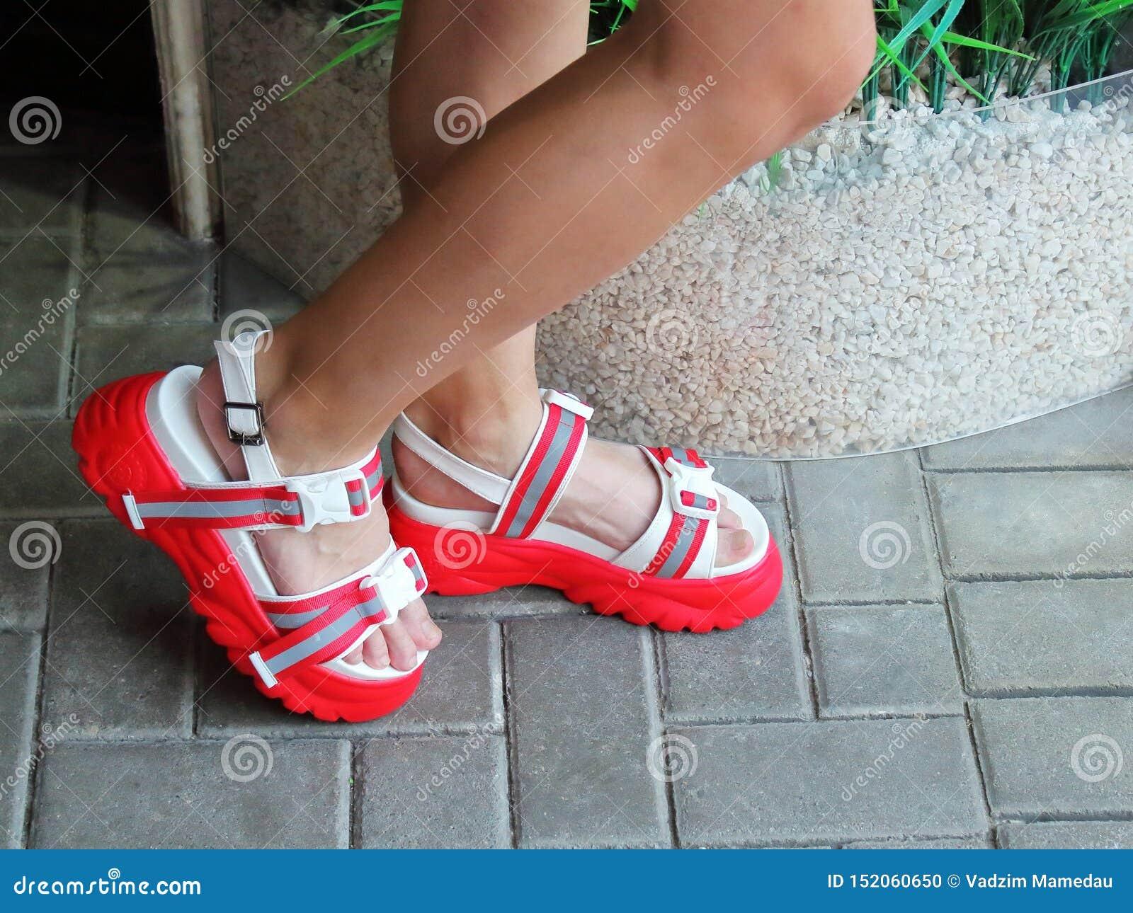 Ноги девушки в сандалиях на максимуме