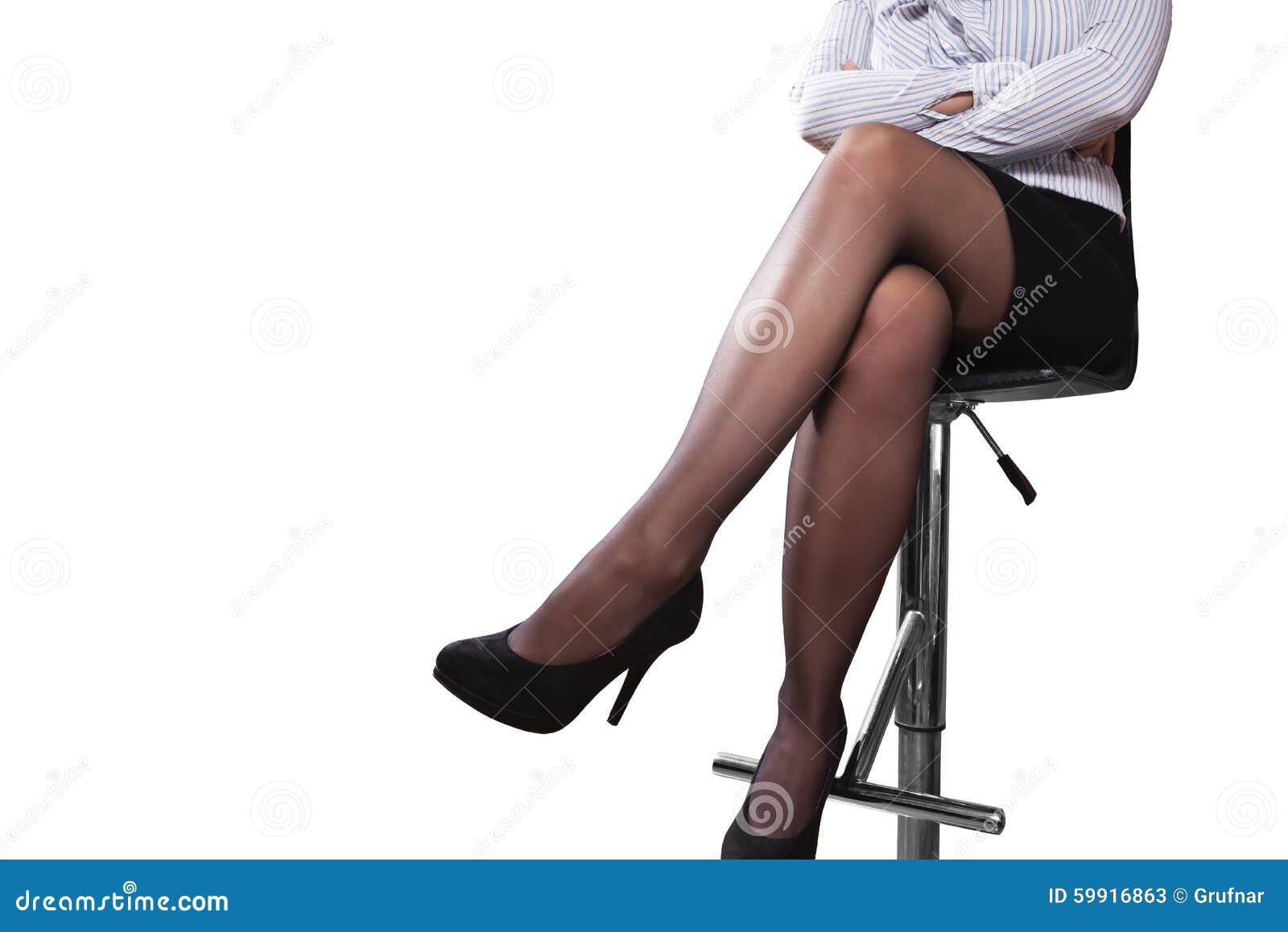 женщинам на барном стуле целуют ноги видео