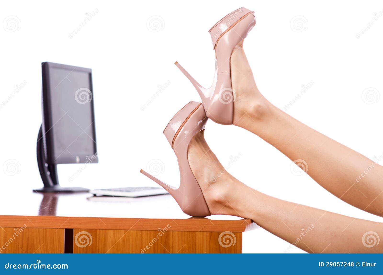 ноги женщины под столом