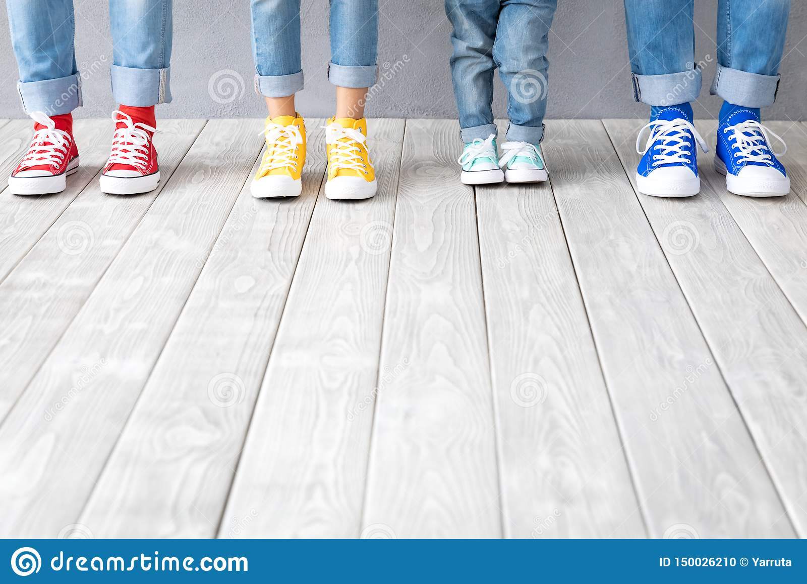 Ноги людей в красочных тапках