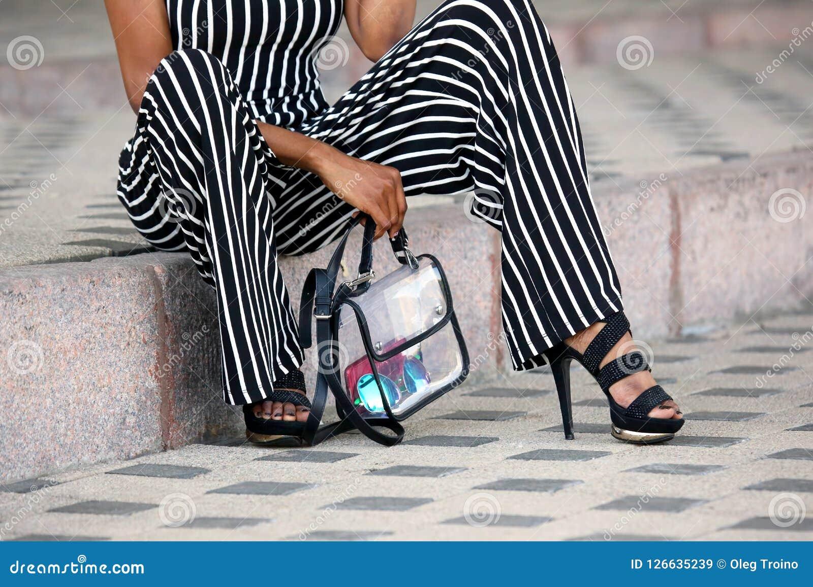 Ноги модно одетой женщины