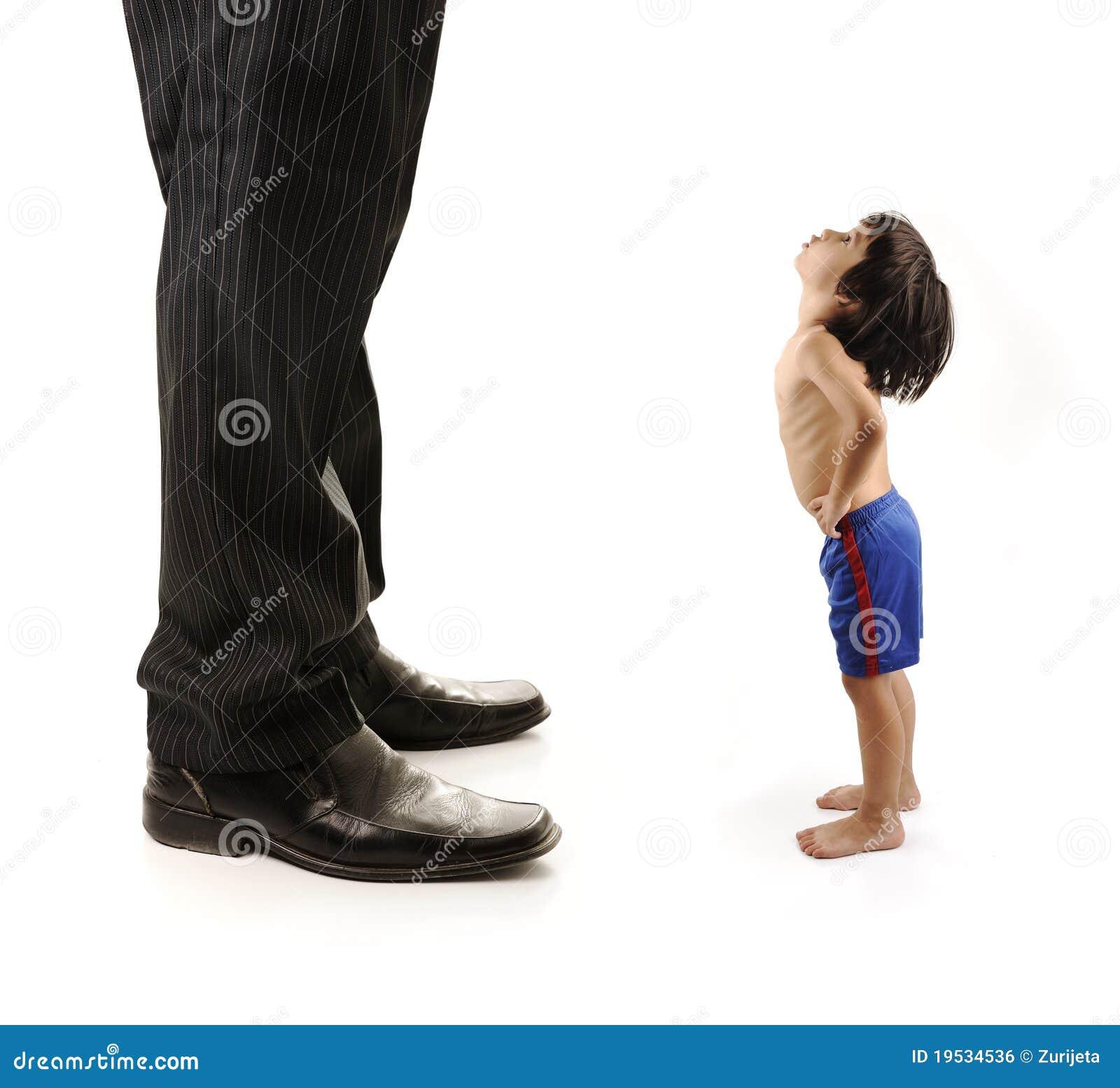 ноги ребенка гигантские немногая смотря мал