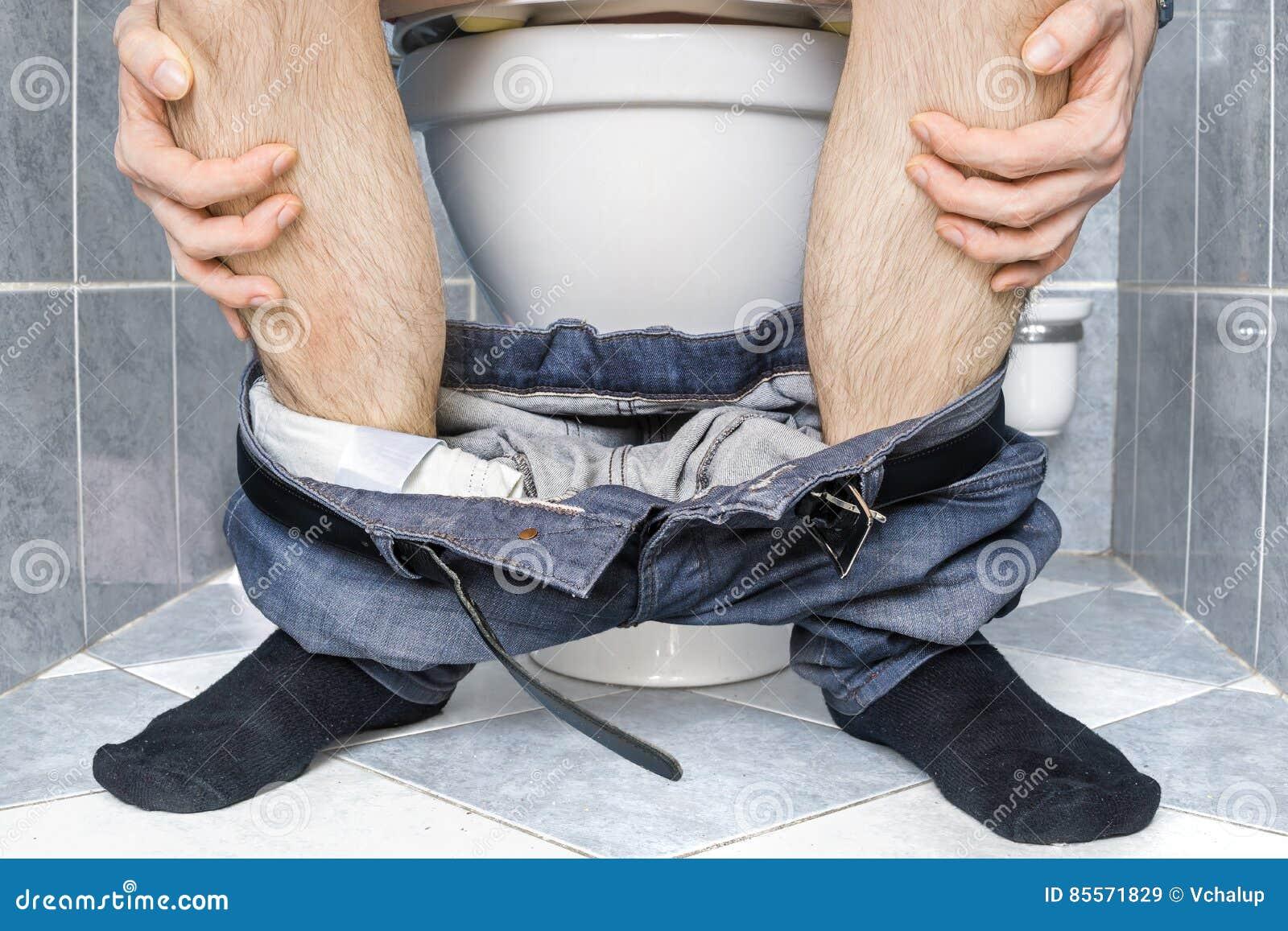 sidit-v-tualete-golaya-na-ulitse-roliki