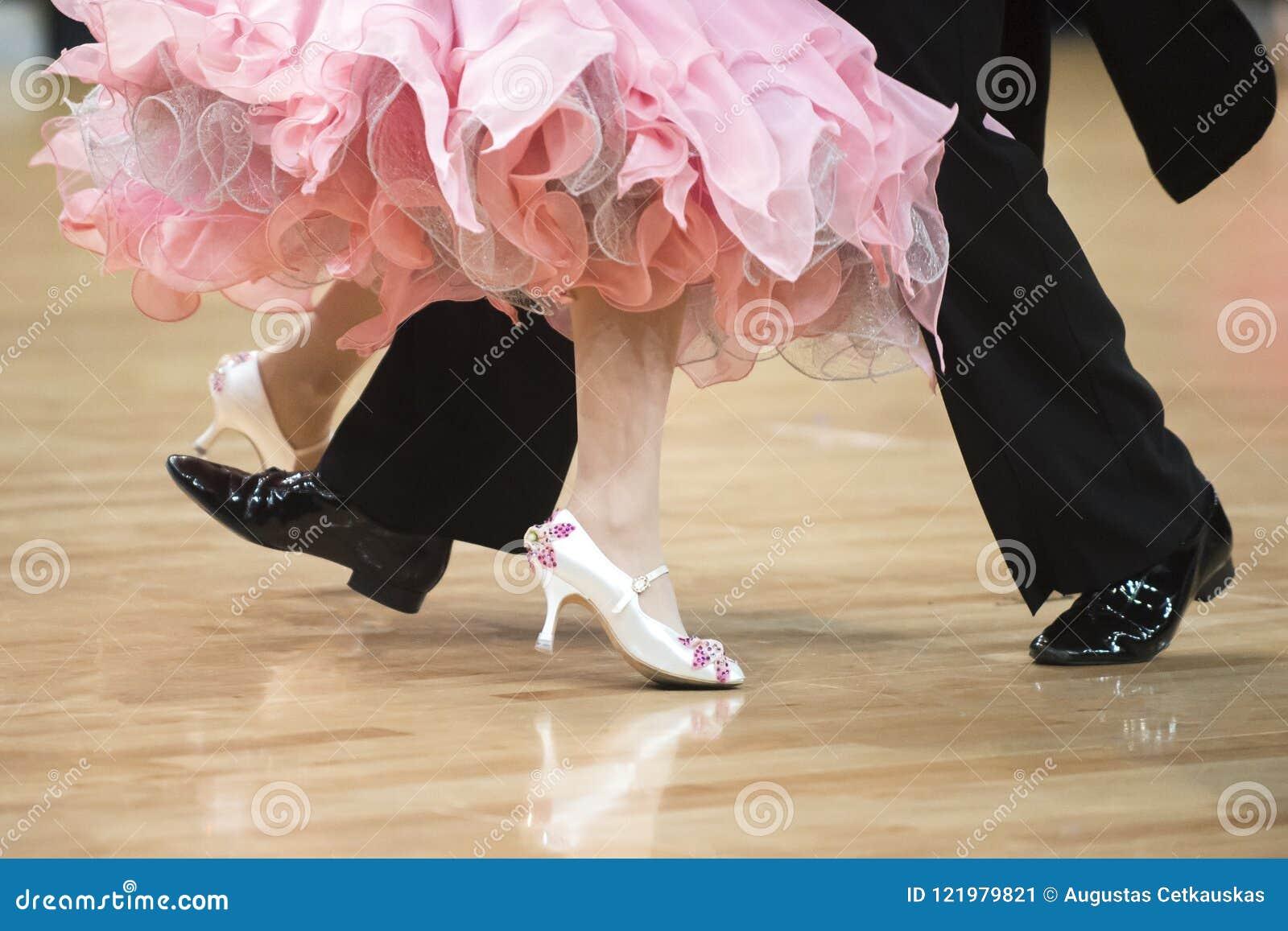 Между ног у красивой женщины, кончила парню полный рот