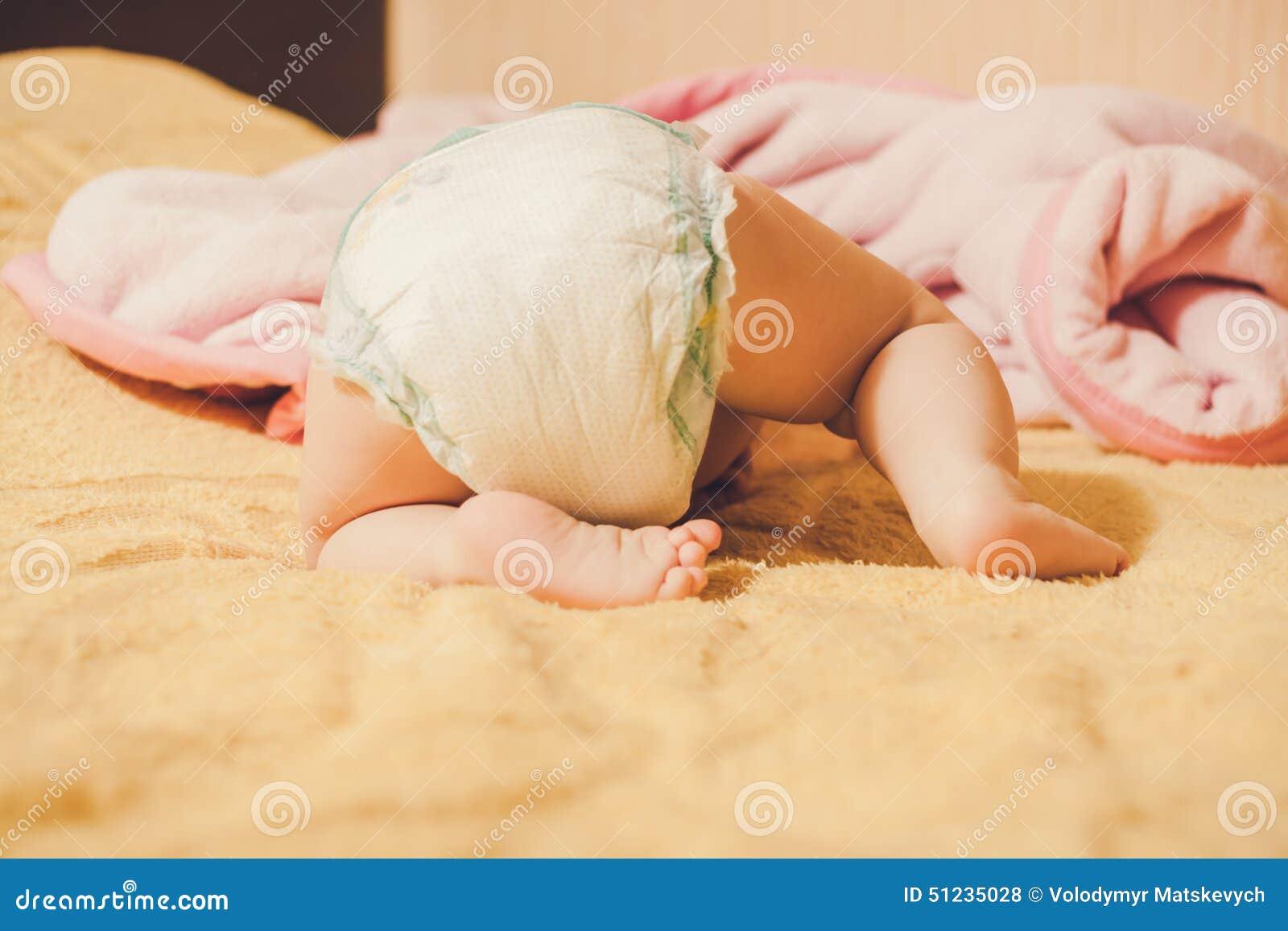 ноги s младенца Спрятанный ребенок