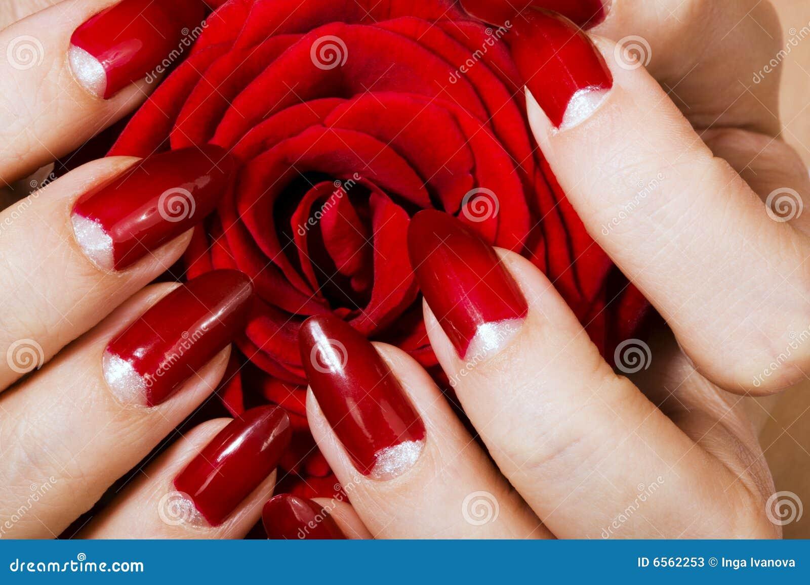 Розы на красном маникюре фото