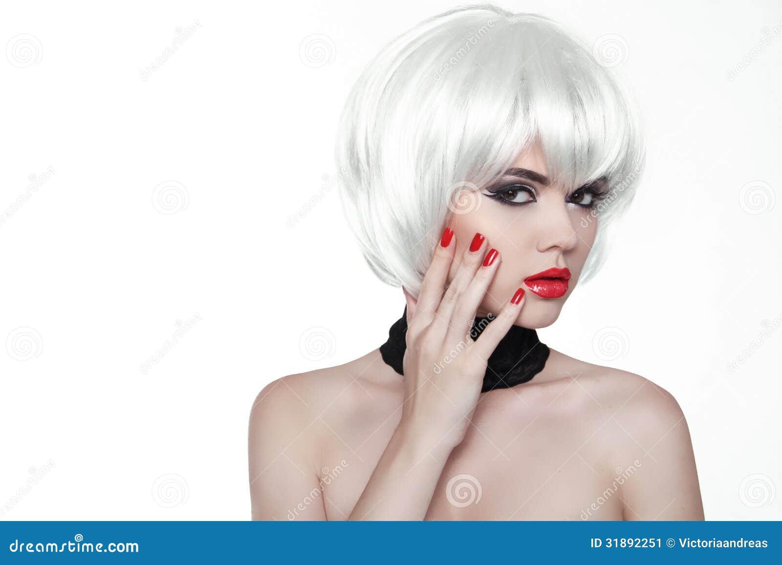 Ногти состава и заполированности женщины. Красные губы и деланные маникюр руки. Fas