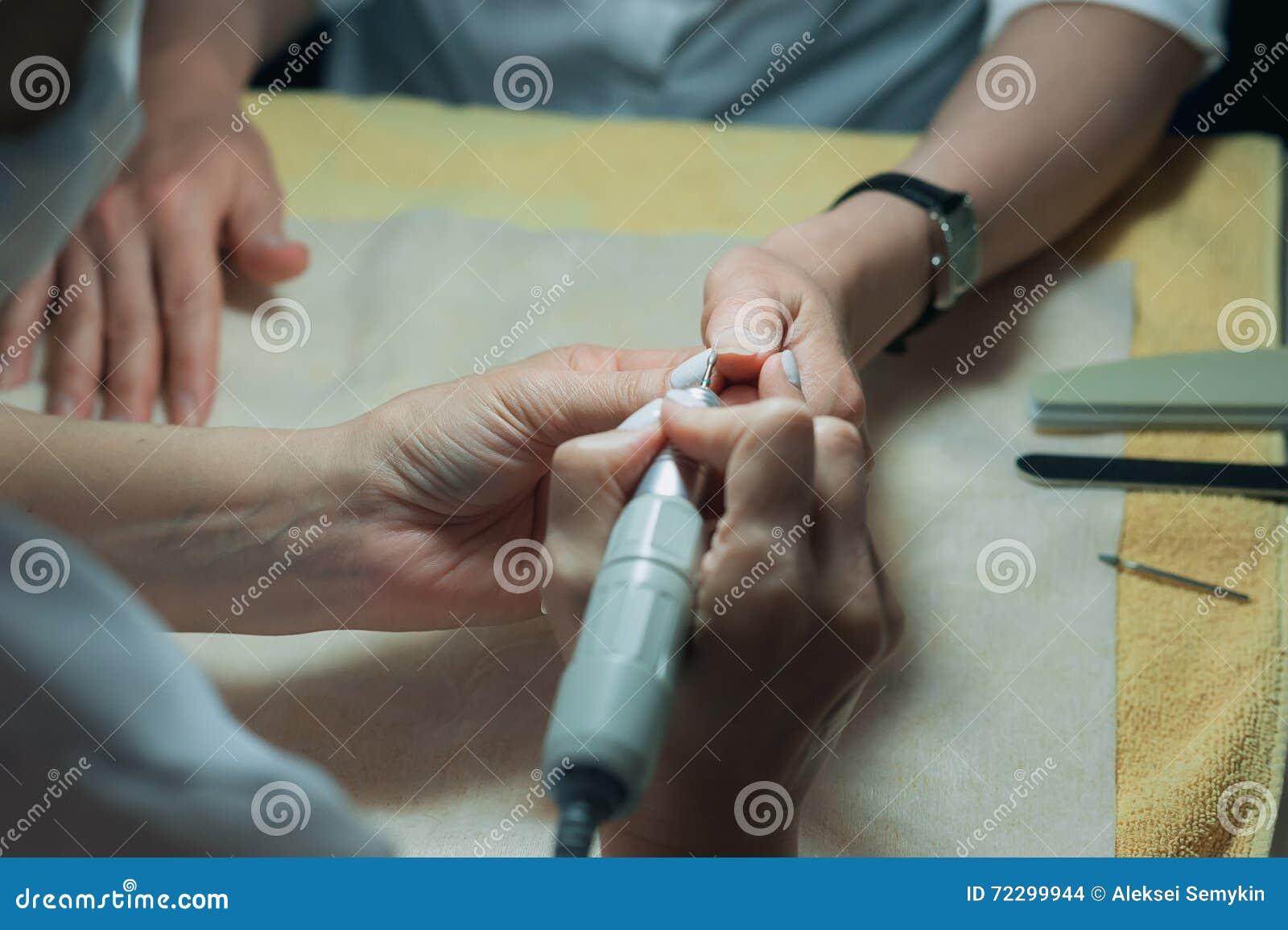 Download Ногти техника ногтя Profesional зашкурить с машиной Стоковое Фото - изображение насчитывающей работа, красивейшее: 72299944