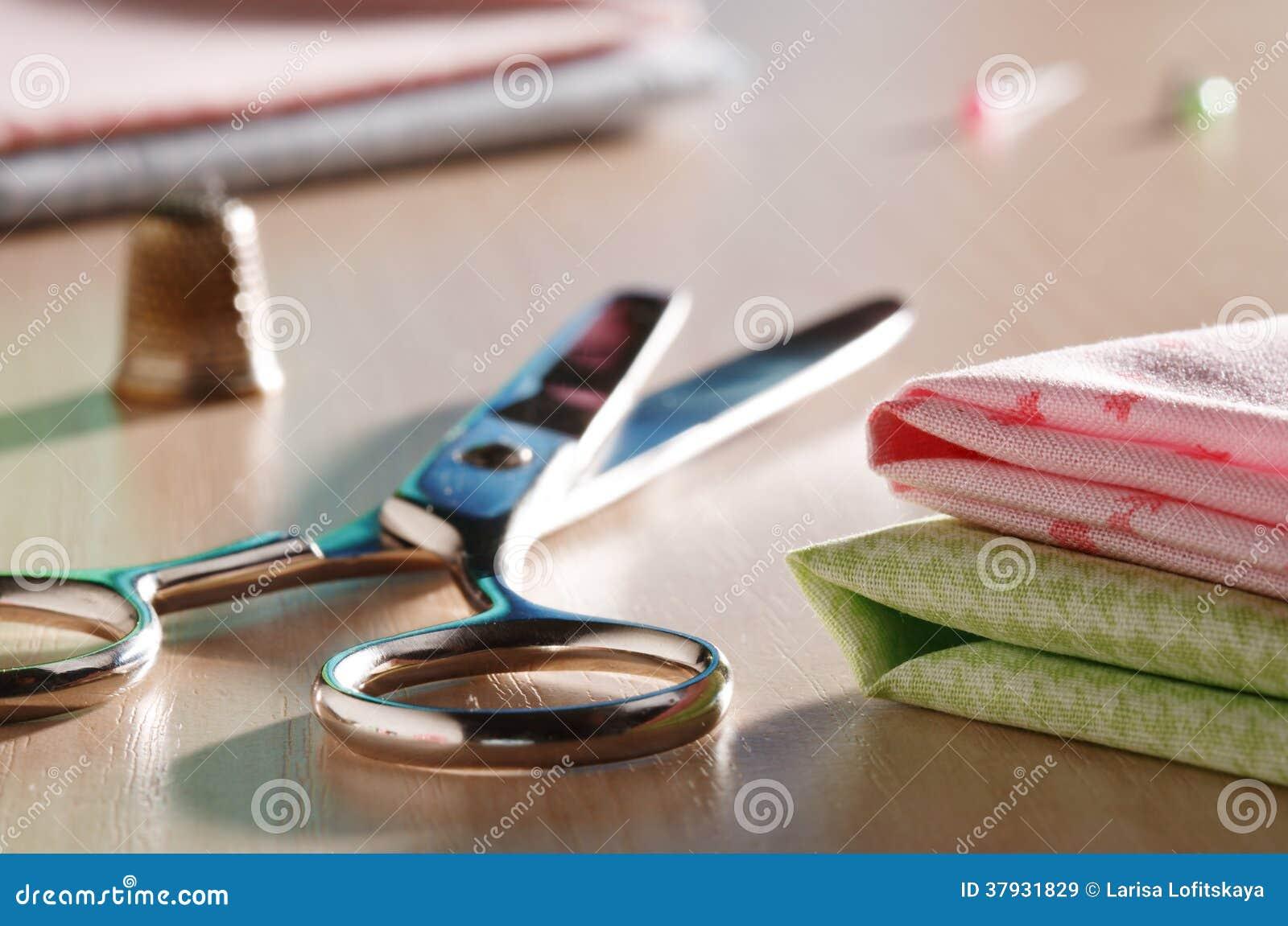 Ножницы и шить поставки