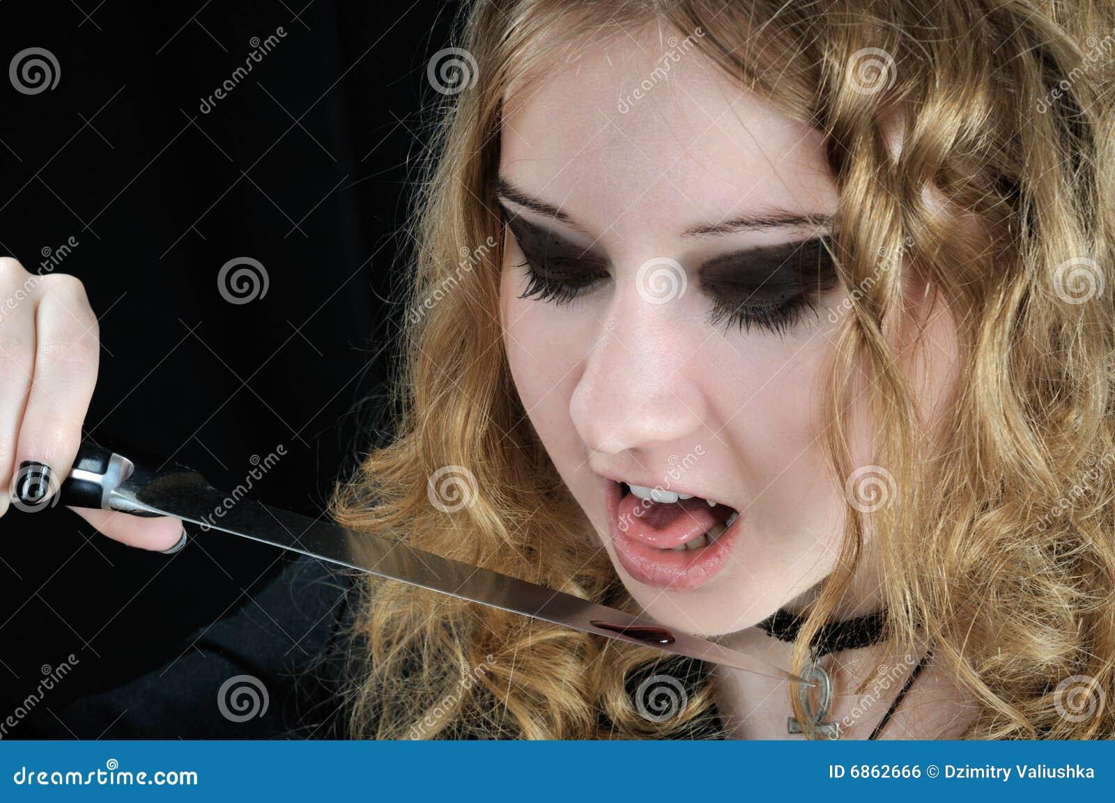 нож падения крови лижет к вампиру хочет