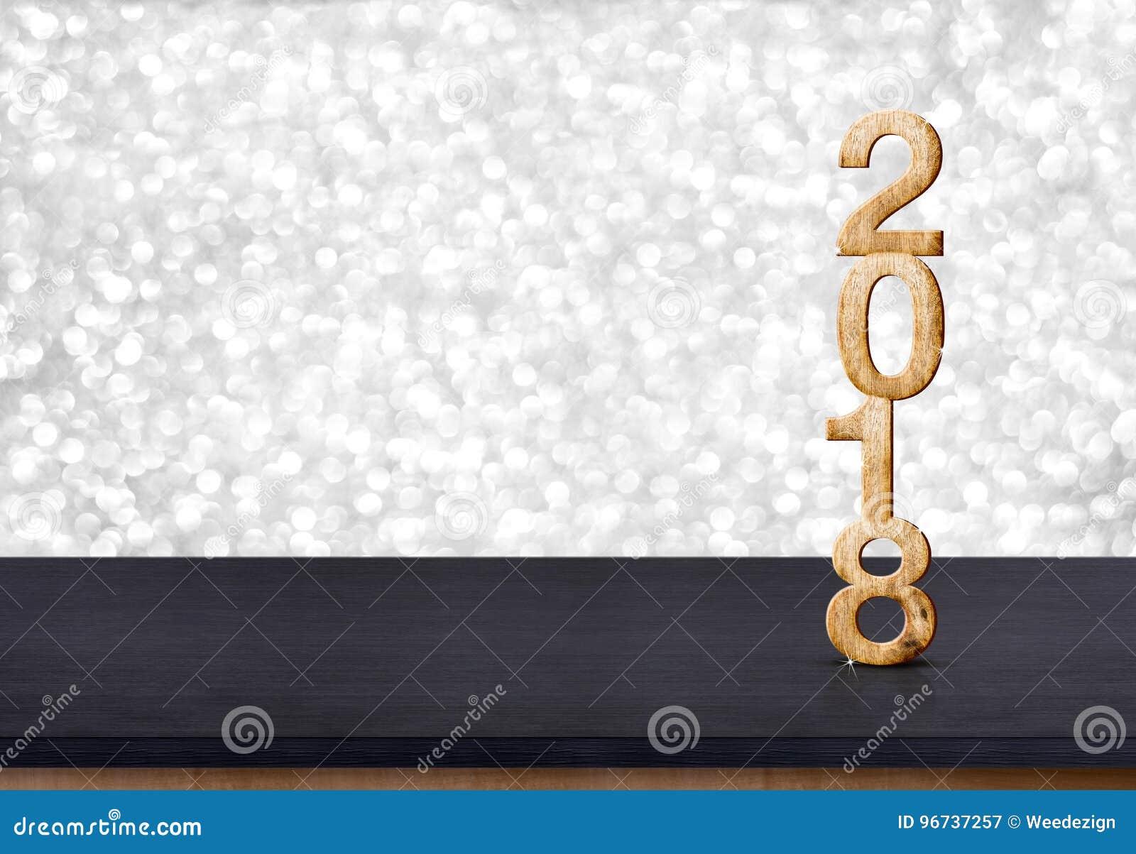 номер 2018 Новых Годов деревянный на деревянной таблице с сверкная серебром bo