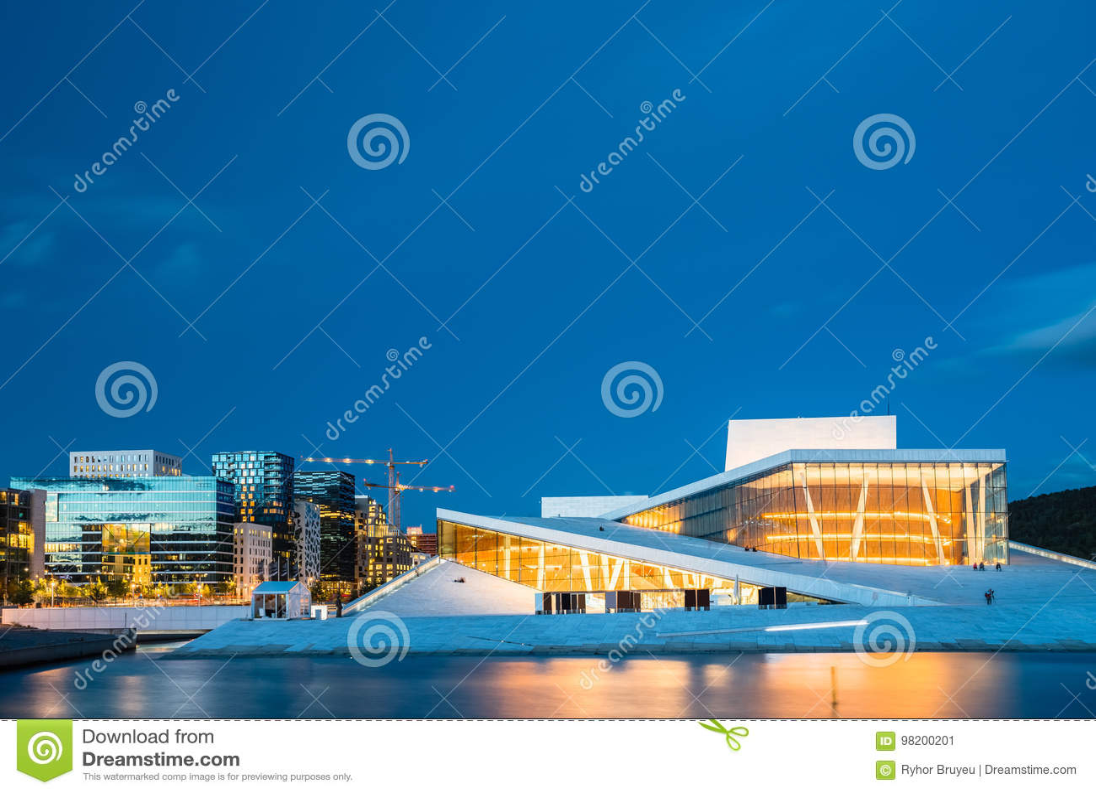 Download Норвегия Осло Взгляд вечера загоренного дома балета оперы среди Стоковое Изображение - изображение насчитывающей ноча, дом: 98200201
