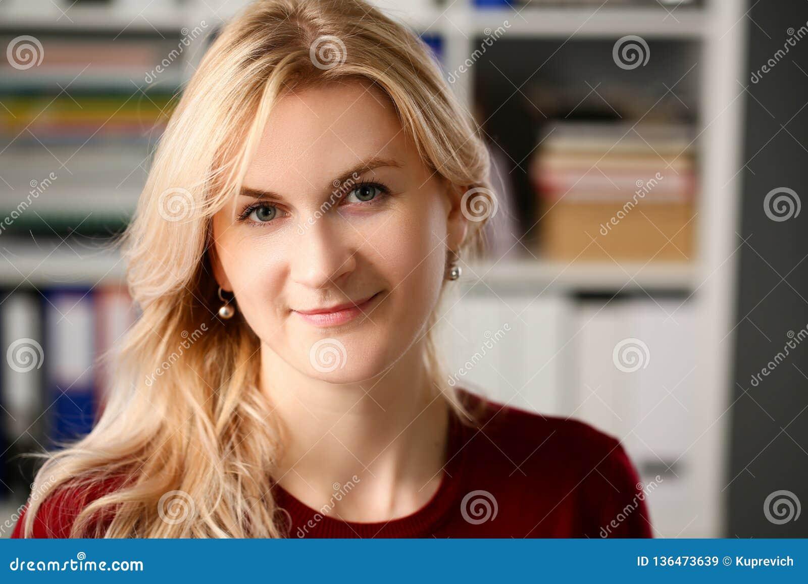 Нормальный белокурый портрет женщины на офисе