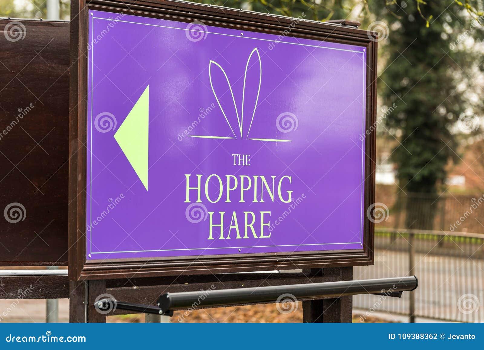 Нортгемптон Великобритания 11-ое января 2018: Стойка знака логотипа ресторана бара отеля зайцев охмеления
