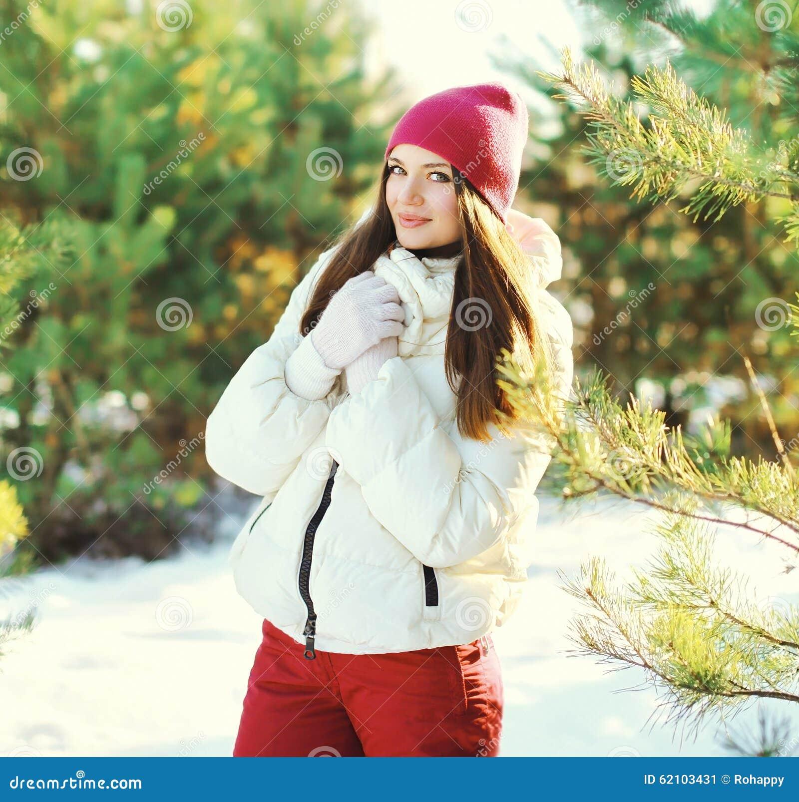 Носить женщины портрета красивый спорт одевает в зиме