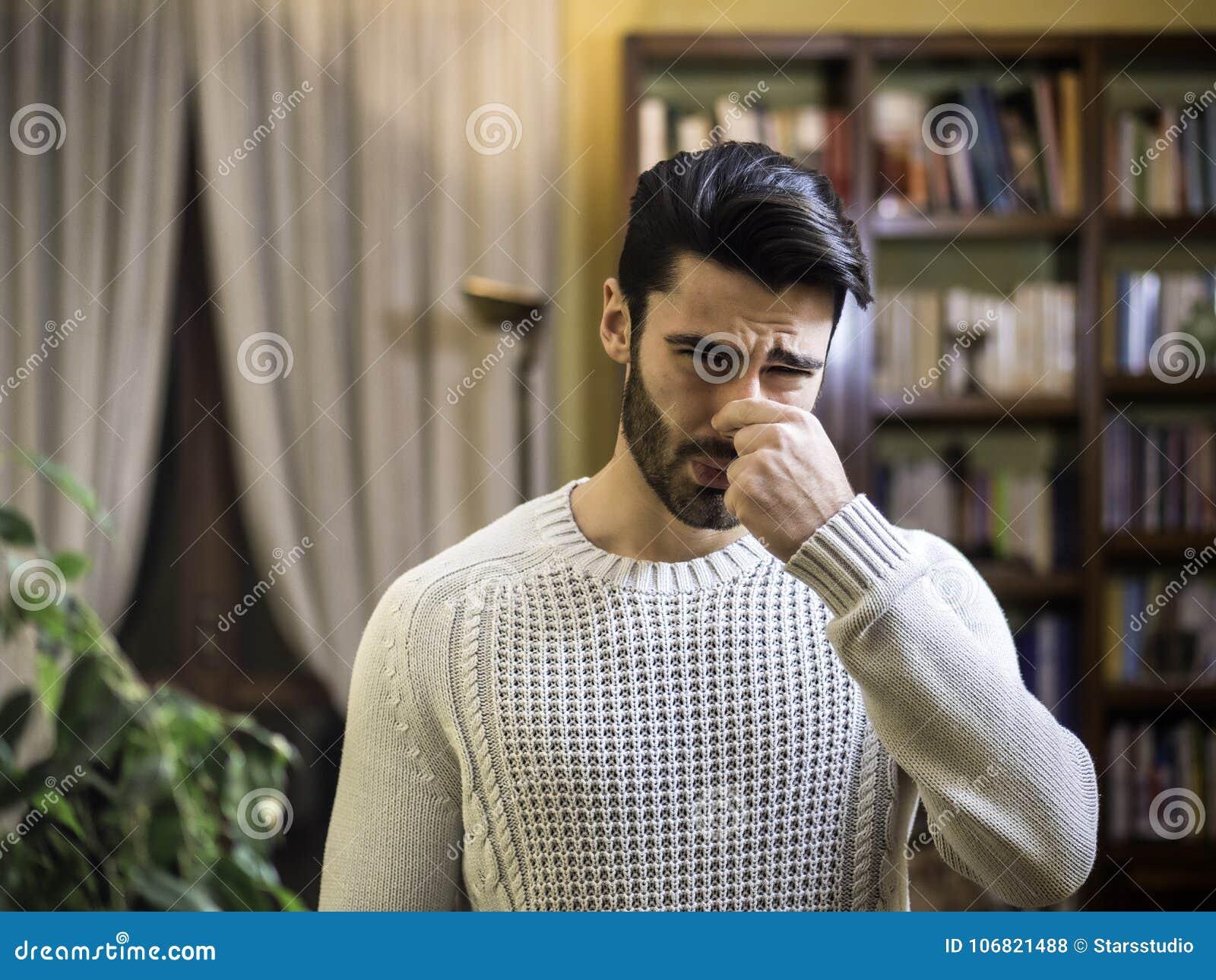 Нос молодого человека заключительный для плохого запаха