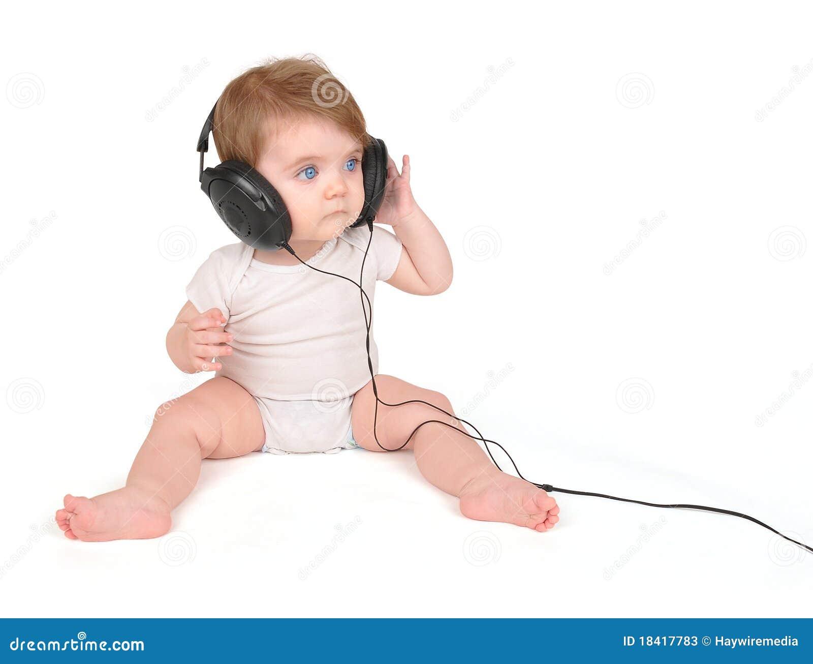 нот наушников младенца слушая к детенышам