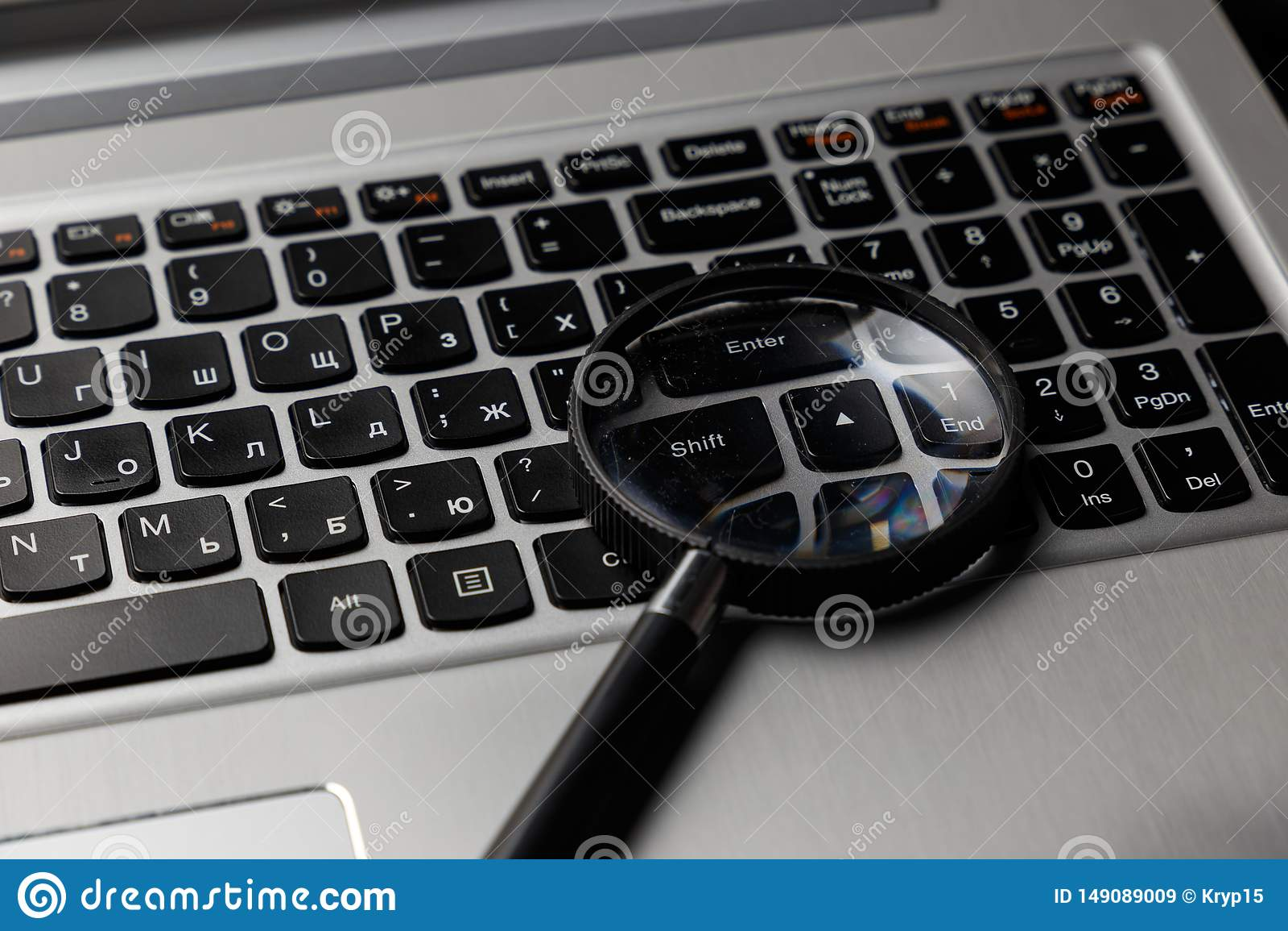 Ноутбук с лупой на голубой предпосылке, концепции поиска Изображение безопасностью интернета схематическое
