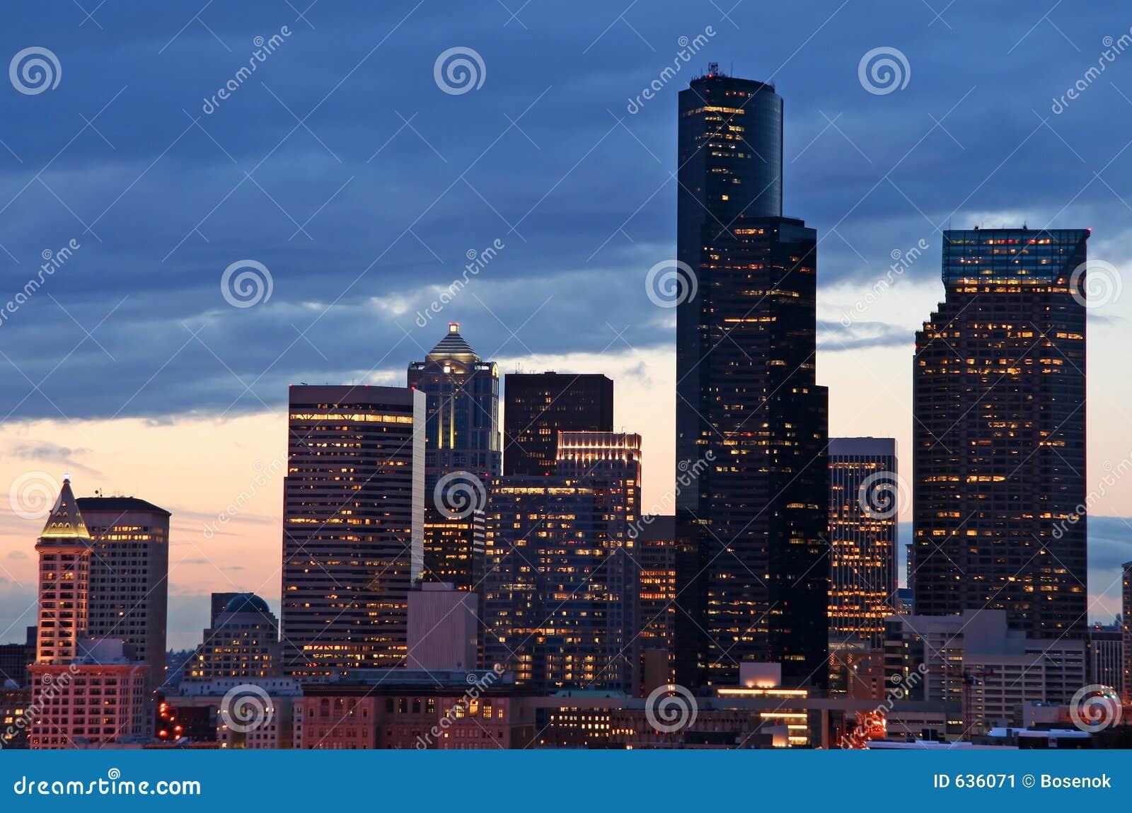 Download ноча города стоковое изображение. изображение насчитывающей строя - 636071