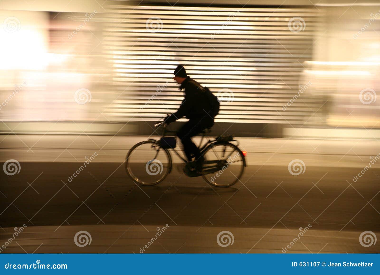 Download ноча городского пейзажа стоковое изображение. изображение насчитывающей урбанско - 631107