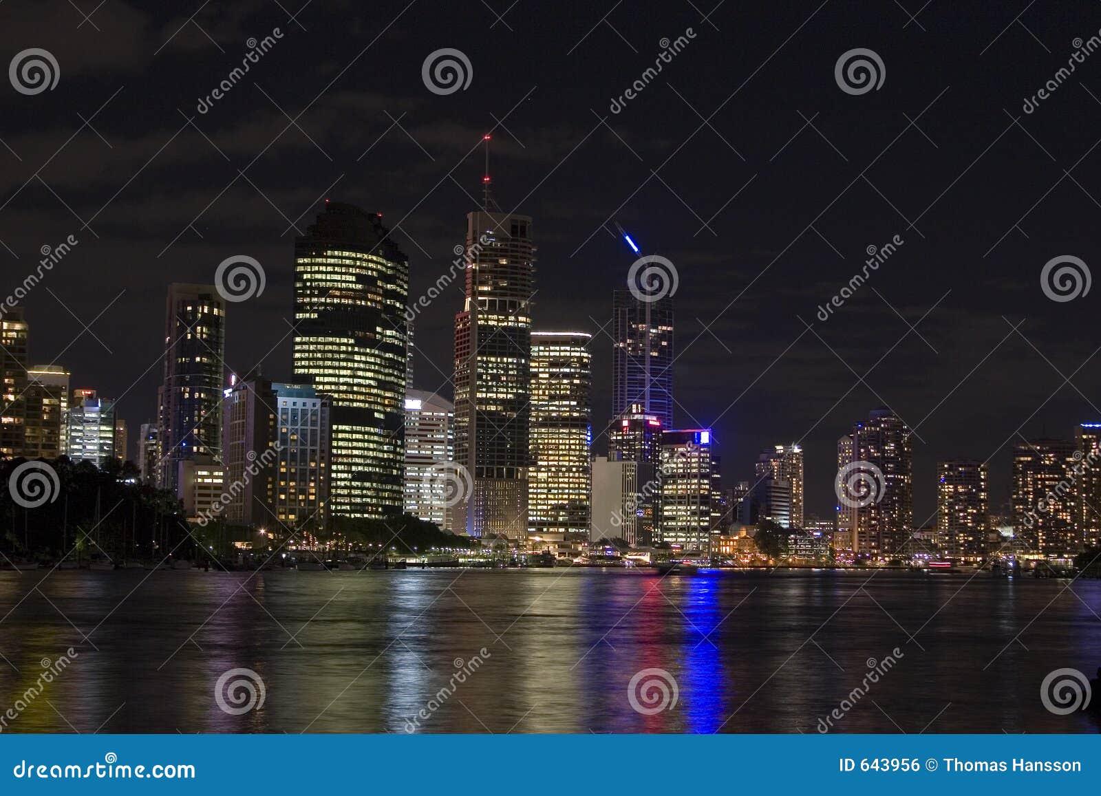 Download ноча ландшафта brisbane стоковое фото. изображение насчитывающей hight - 643956