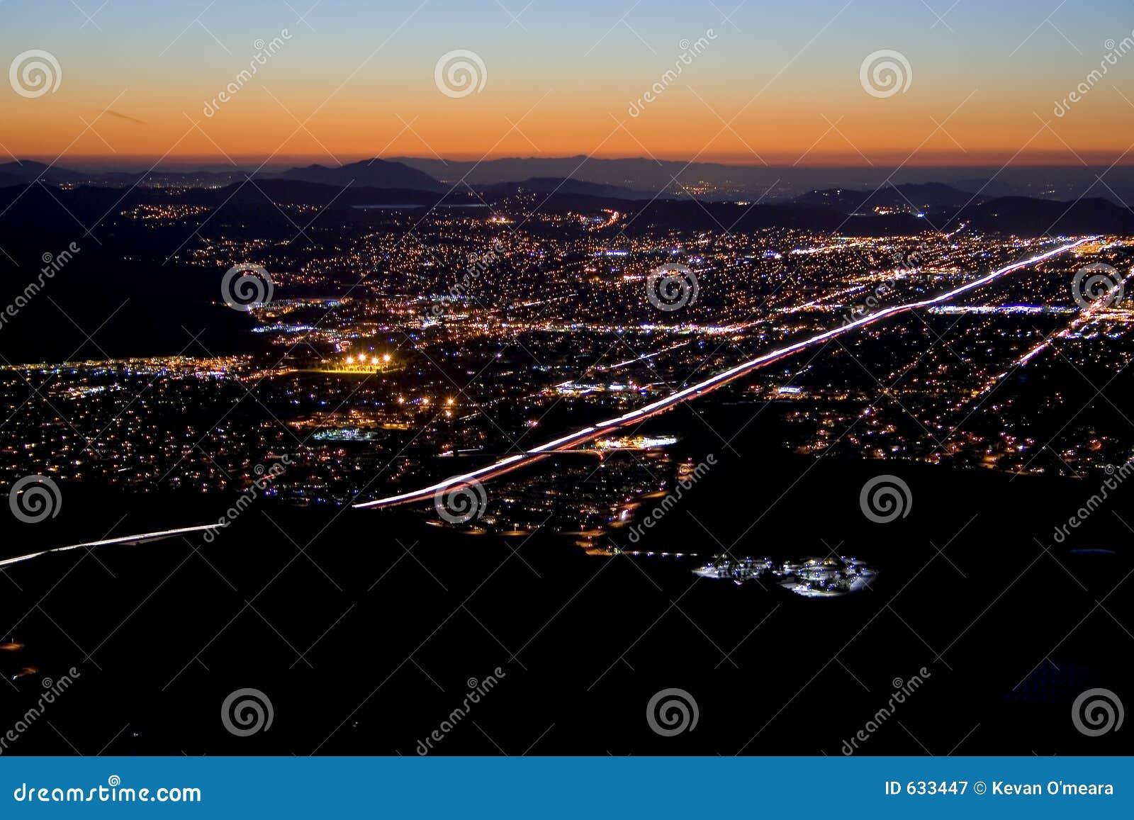 Download ноча падения города стоковое изображение. изображение насчитывающей цвет - 633447