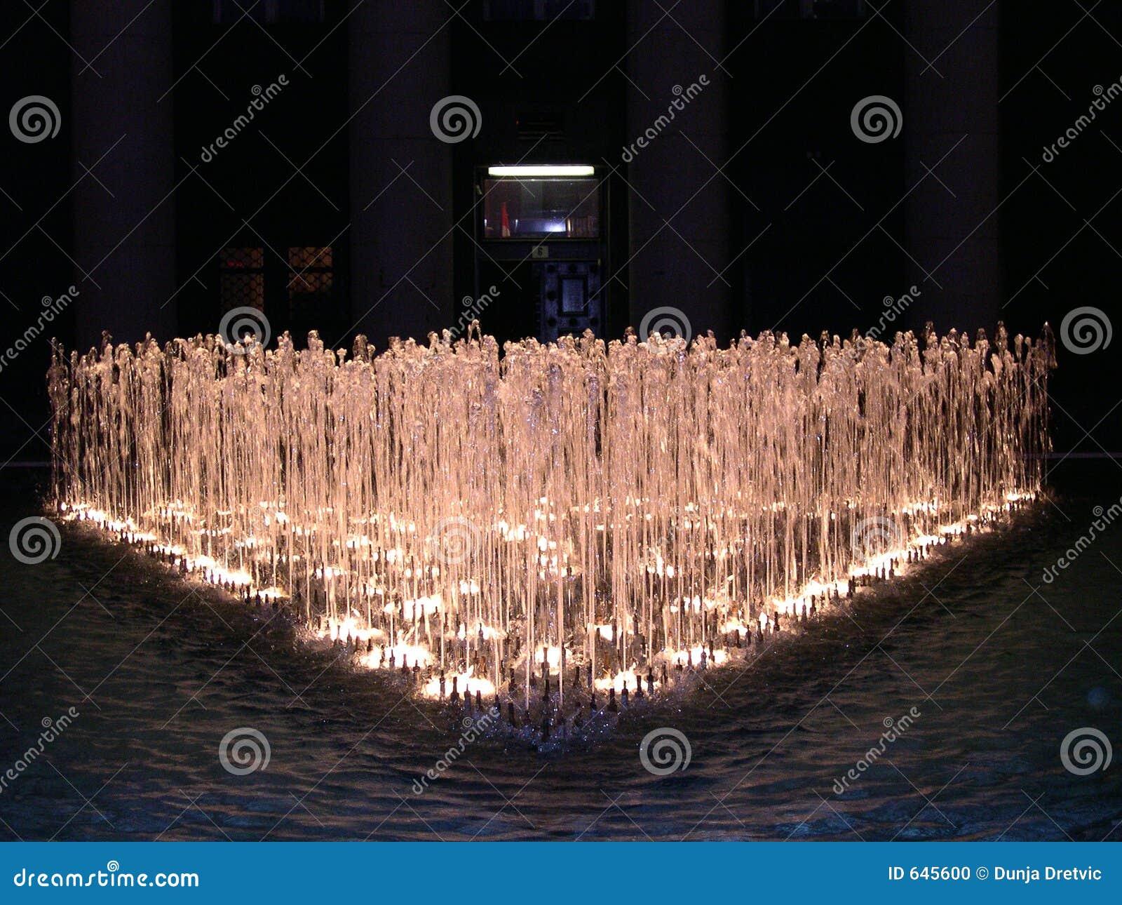 Download ноча фонтана стоковое фото. изображение насчитывающей напольно - 645600