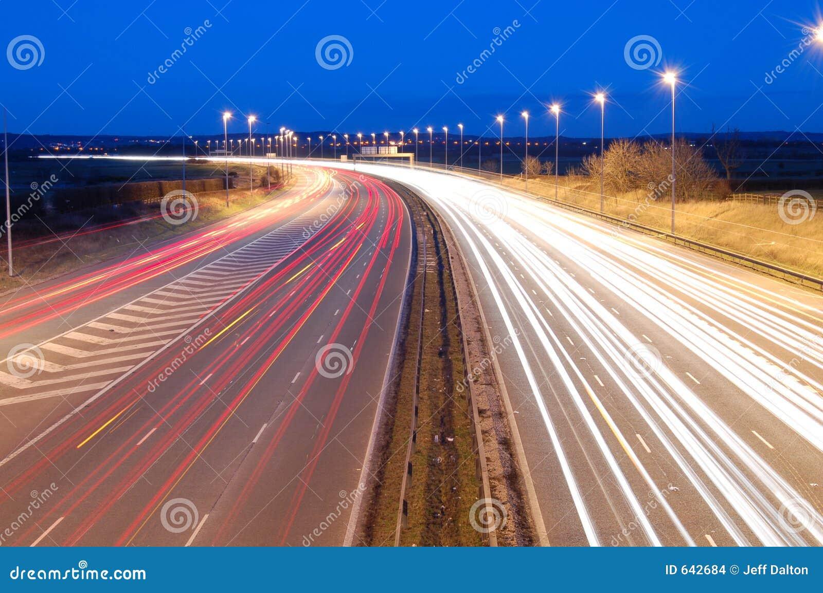Download ноча шоссе стоковое фото. изображение насчитывающей запачканный - 642684
