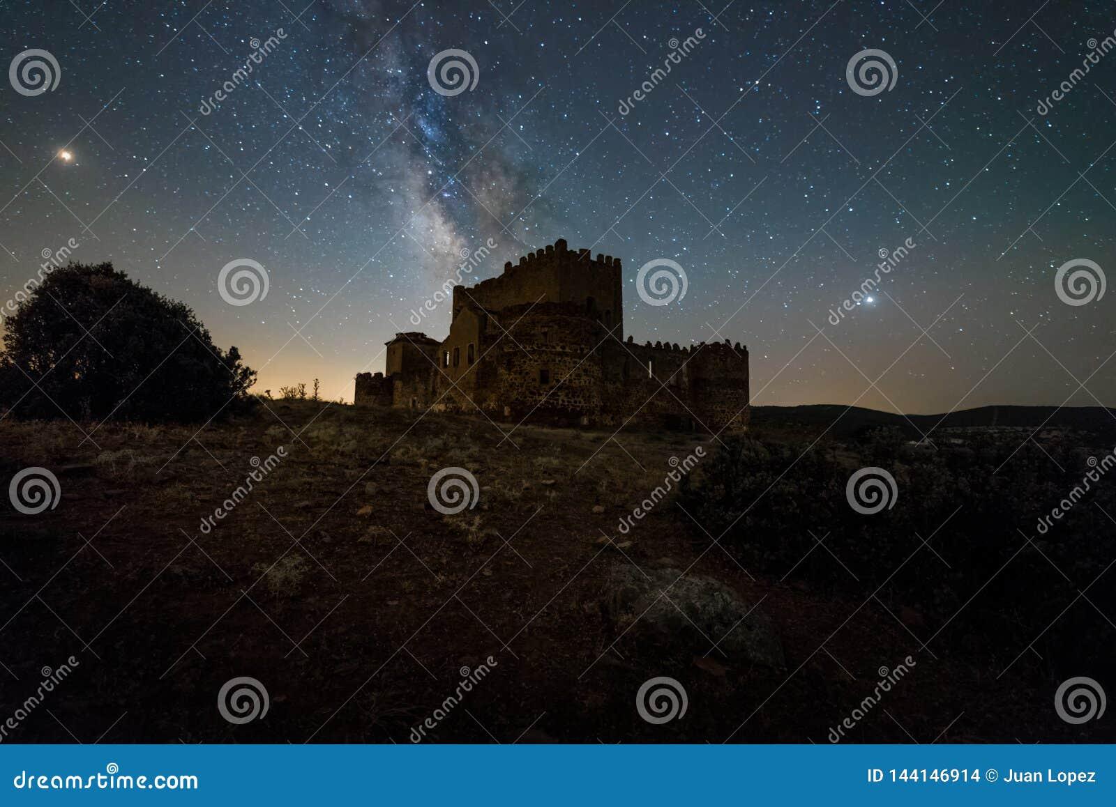 Ночное небо над испанским замком